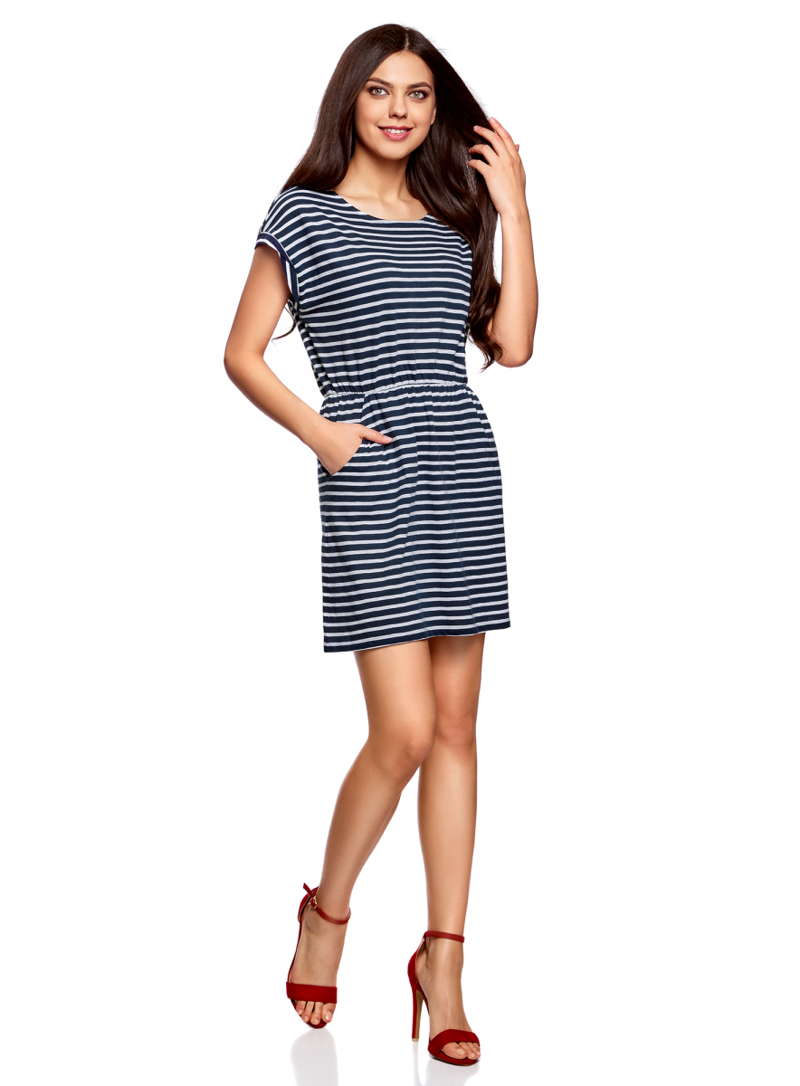 Платье oodji Ultra, цвет: темно-синий, белый. 14008019B/45518/7910S. Размер S (44)14008019B/45518/7910SТрикотажное платье с карманами oodji изготовлено из качественного натурального хлопка. Модель выполнена с круглым вырезом и короткими рукавами. Платье-мини на талии собрано на внутреннюю резинку.