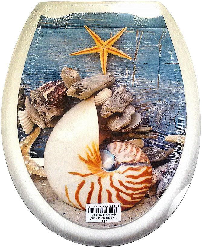 """Сидение для унитаза DeLuxe """"Морской"""" выполнено из полипропилен (пластик) и оформлено красочным рисунком в морском стиле. Рисунок на поверхности нанесен с помощью высококачественной пленки, стоек к истиранию и долговечен. Сидение легко мыть. Фотопринты повторяют дизайны противоскользящих ковриков.В комплекте четыре пластиковые опоры, расстояние между центрами крепежа 150-170 мм. Такое сиденье стильно дополнит интерьер вашей ванной или туалетной комнаты.Размер сиденья: 45 х 37 см."""