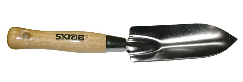 Совок предназначен для подготовки почвы при посадке растений, смешивания грунта и формирования посадочных ямок. Рабочая часть изготовлена из металла с покрытием, которое защищает инструмент от налипания грунта. Узкая рабочая часть обеспечивает сохранность корней растений при пересадке. Совок оснащен удобной деревянной ручкой с отверстием для подвешивания. На рабочей части есть шкала измерений длины.