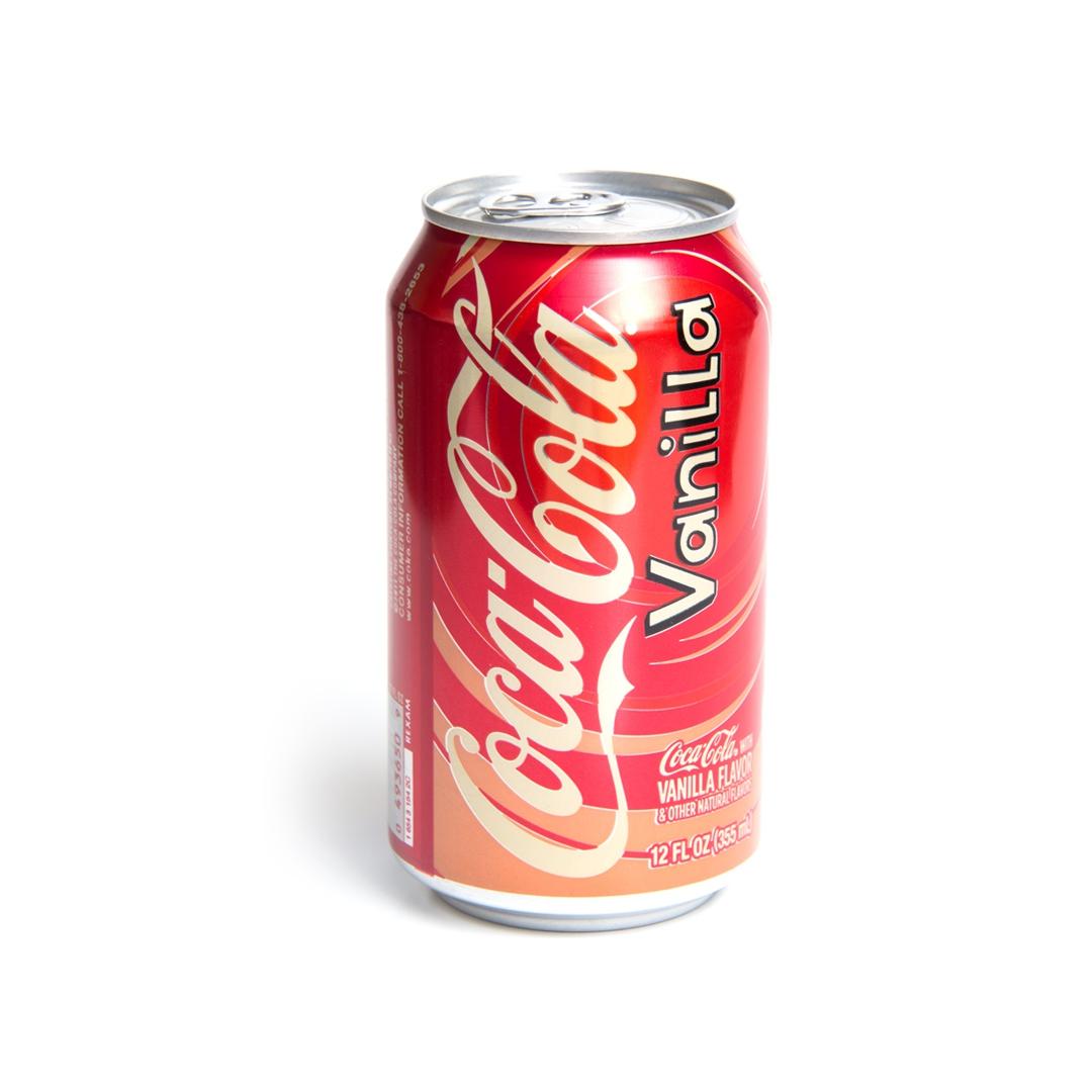 Coca-Cola Vanilla напиток газированный, 355 мл04936509Coca-Cola Vanilla - это газированный напиток, радующий миллионы людей по всему миру. Насыщенный вкус ванили в каждом глотке Coca-Cola Vanilla окунет вас в мир незабываемых эмоций. Нотки ванили способны привлечь внимание абсолютно каждого. Попробовав один раз, вы вряд ли забудете этот волшебный аромат. Запах ванили обладает успокаивающим действием и тонким сладким ароматом. Ванильная кока-кола мгновенно полюбилась многим потребителям, но в России её не выпускают, что вызывает много вопросов и сожалений у покупателей, мечтающих ещё хоть раз ощутить вкус Coca-Cola Vanilla. Сама идея сочетания Кока-колы и Ванили появилась ещё в далеком 1940 году. И, как и всё гениальное, изобрели этот чудо-рецепт довольно просто: обычные рабочие стали добавлять в классическую колу несколько ложек ванильного сиропа. Компания Coca-Cola взялась за эксперименты только в 1982 году, и именно тогда в напиток была добавлена ванильная приправа.