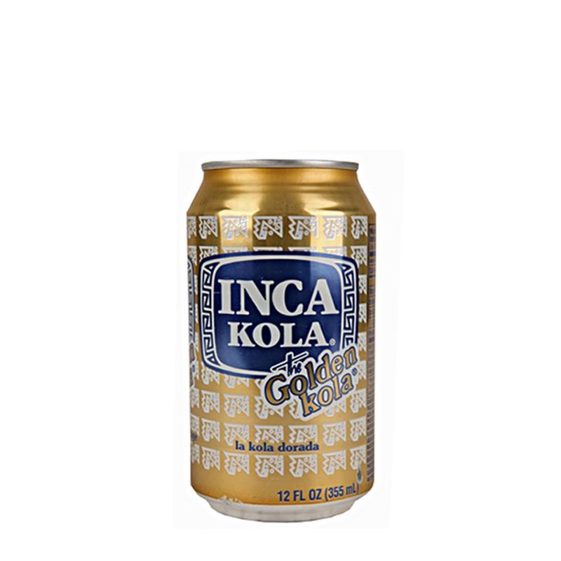 Inca Kola напиток газированный, 355 мл04998606Самая популярная в Андах газировка Inca Kola (также известная как Золотая кола благодаря своему насыщенному желтому цвету) была изобретена в Перу в 1935 году британским эмигрантом Хосе Робинсоном Линдли. В состав перуанской колы входит местное растение — лимонная вербена. Именно она придает напитку его фирменный цвет и освежающий фруктово–кисловатый вкус, напоминающий крем–соду. Уже к середине 1940–х годов Inca Kola стала самым популярным в Перу газированным напитком, во многом благодаря агрессивной рекламной кампании, которая взывала к чувству национальной гордости перуанцев. Ситуация не изменилась и по сей день, кроме того, напиток завоевал популярность у соседей - в Чили и Эквадоре, а также на североамериканском рынке, ведь в США проживает большая перуанская диаспора - основная целевая аудитория Inca Kola. В 1999 году The Coca - Cola Company приобрела 50% компании–производителя Corporaci o n Inca Kola Per u S. A. и учредила с наследниками Линдли совместное предприятие, которое и занимается теперь в Перу розливом самой популярной местной газировки.