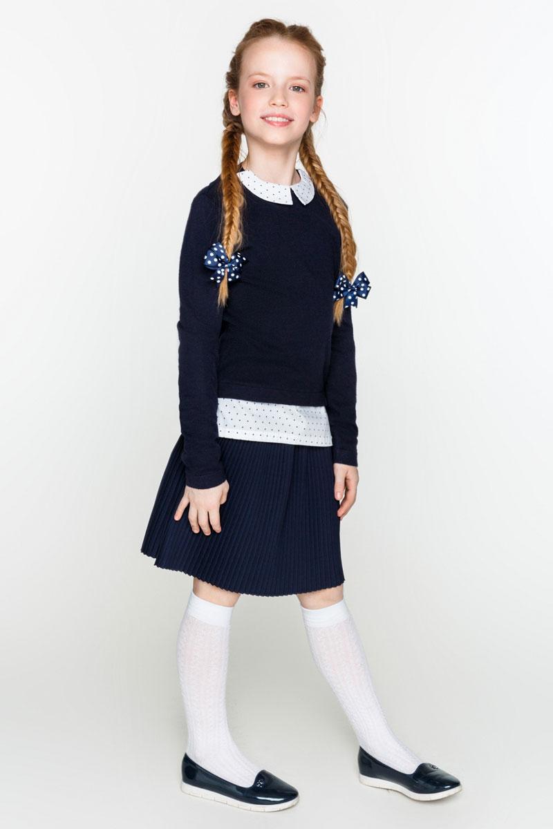 Джемпер для девочки Acoola Stork, цвет: синий. 20200310005_500. Размер 16420200310005_500Оригинальный джемпер для девочки Acoola Stork поможет создать модный повседневный образ и станет отличным дополнением гардероба. Модель прямого кроя сдлинными рукавами изготовлена из мягкого трикотажа мелкой вязки и дополнена контрастными отложным воротничком и подолом, создающими эффект 2 в 1. Сзади изделие застегивается на пуговицы. Круглый вырез горловины дополнен мягкой трикотажной резинкой. Модель подойдет для школы, прогулок и дружеских встреч и будет отлично сочетаться с джинсами и брюками, а также гармонично смотреться с юбками. Мягкая ткань на основе вискозы и полиамида приятна на ощупь и комфортна в носке.