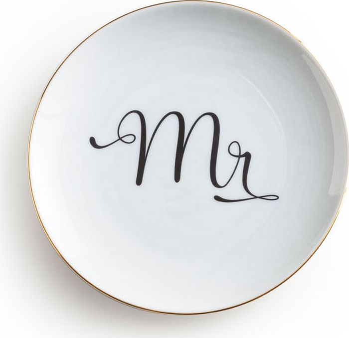 Тарелка Rosanna Mr, цвет: белый, черный96567Стильная тарелка Rosanna Mr создана для того, чтобы радовать влюбленных, в том числевлюбленных в жизнь. Тарелка изготовлена из настоящего фарфора с глазурованным покрытием, оформлена надписью и золотой каемкой.Не рекомендуется использовать в микроволновойпечи во избежание появления трещин.