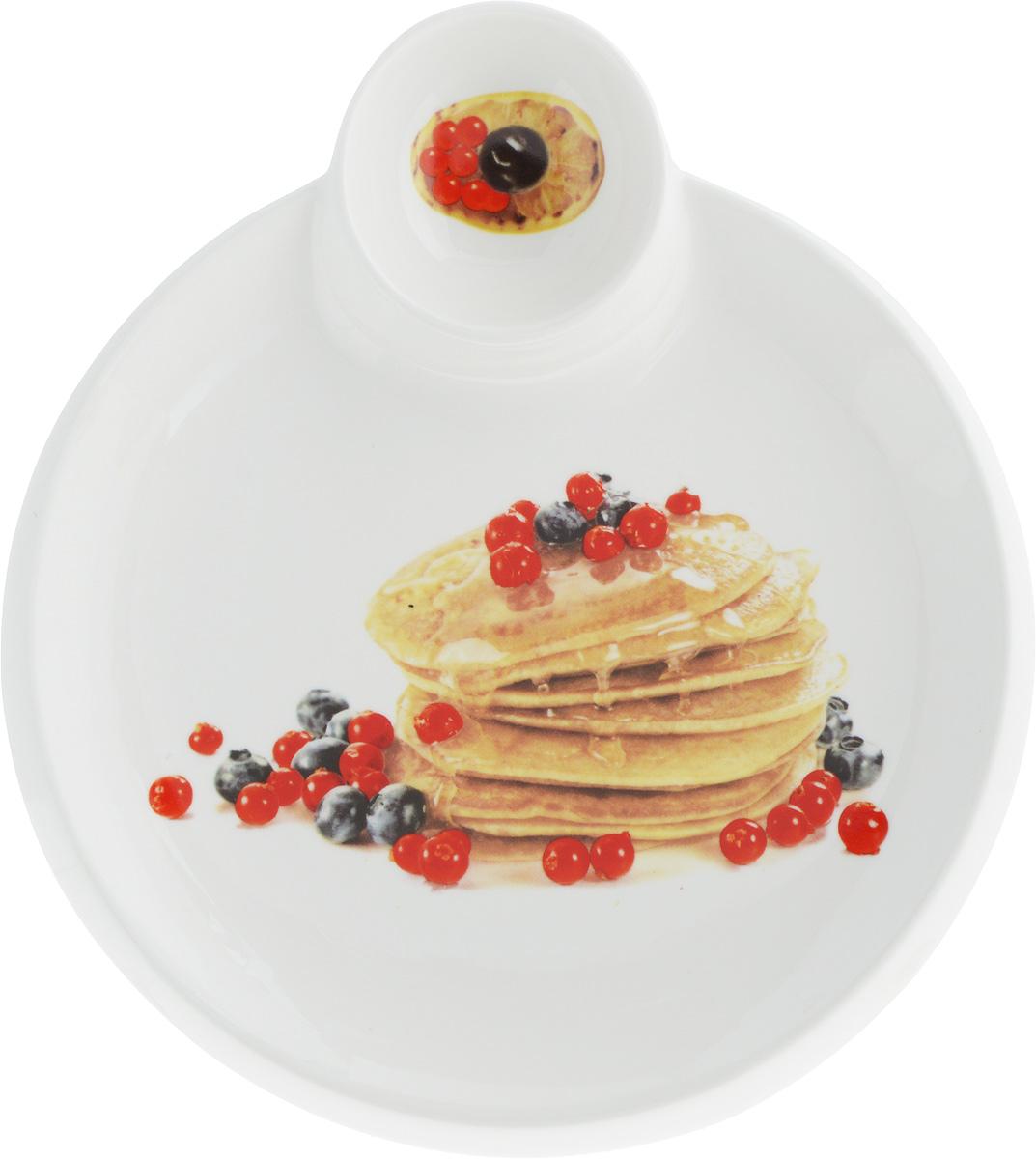 """Круглая тарелка Elan Gallery """"Блины с ягодами"""", изготовленная из керамики и декорированная ярким и аппетитным изображением, позволит красиво подать блины. А благодаря небольшой соуснице вам не потребуется дополнительной посуды под варенье или соус. Такая тарелка украсит сервировку вашего стола и подчеркнет прекрасный вкус хозяина, а также станет отличным подарком. Диаметр тарелки: 20 см. Высота: 2 см. Диаметр соусницы: 6 см."""
