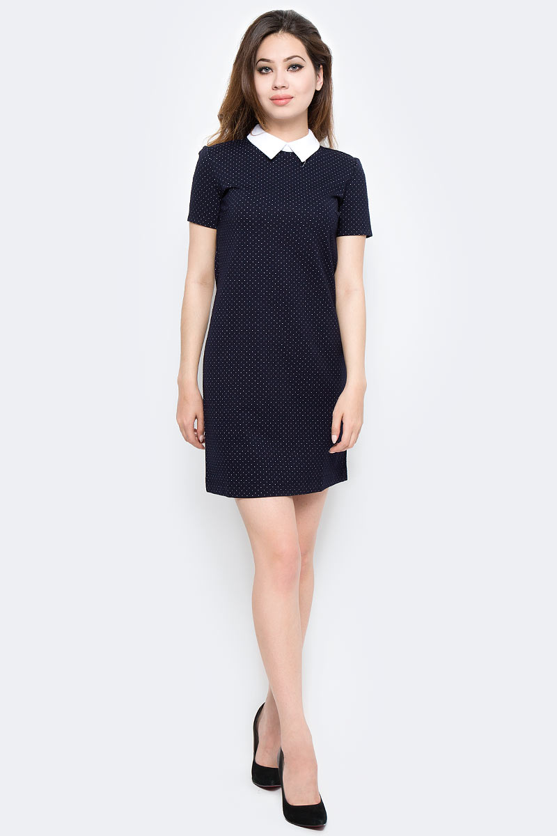 Платье Sela, цвет: синий. Dks-117/1167-7370. Размер XS (42)Dks-117/1167-7370Стильное платье Sela выполнено из высококачественного материала. Модель свободного прямого кроя с отложным воротником и короткими рукавами. Платье застегивается сзади на пуговицу. Это модное платье станет отличным дополнением к вашему гардеробу!