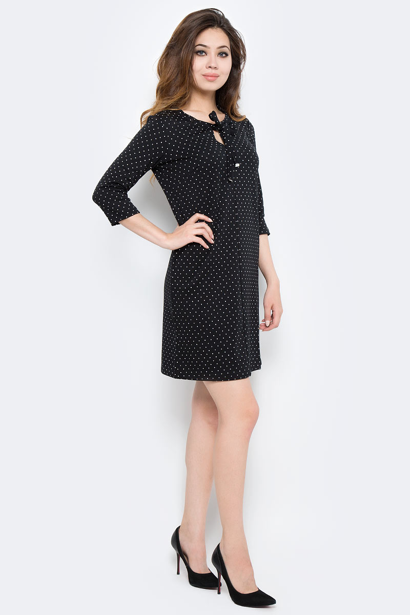 Платье Sela, цвет: черный, белый. DK-117/1166-7370. Размер S (44)DK-117/1166-7370Стильное платье Sela выполнено из высококачественного материала. Модель свободного прямого кроя с круглым вырезом горловины и рукавами 3/4. Это модное платье станет отличным дополнением к вашему гардеробу!