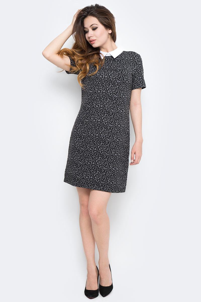 Платье Sela, цвет: черный. Dks-117/1167-7370P. Размер XL (50)Dks-117/1167-7370PСтильное платье Sela выполнено из высококачественного материала. Модель свободного прямого кроя с отложным воротником и короткими рукавами. Платье застегивается сзади на пуговицу. Это модное платье станет отличным дополнением к вашему гардеробу!