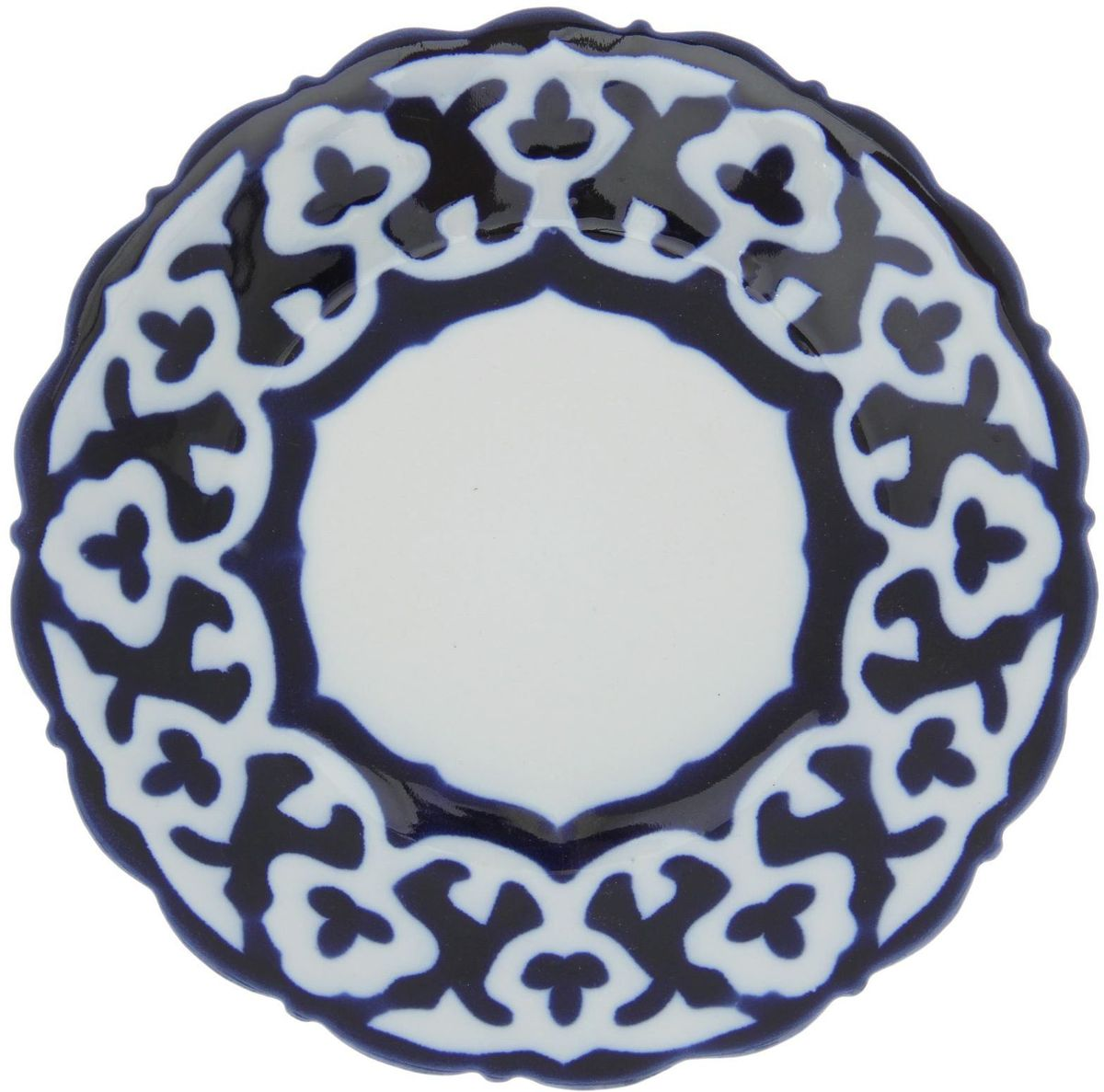 Тарелка Turon Porcelain Пахта, цвет: белый, синий, диаметр 16 см1386444Узбекская посуда известна всему миру уже более тысячи лет. Ей любовались царские особы, на ней подавали еду для шейхов и знатных персон. Формулы красок и глазури передаются из поколения в поколение. По сей день качественные расписные изделия продолжают восхищать совершенством и завораживающей красотой. Тарелка Turon Porcelain Пахта подойдет для повседневной и праздничной сервировки. Дополните стол текстилем и салфетками в тон, чтобы получить элегантное убранство с яркими акцентами. Национальная узбекская роспись Пахта сдержанна и благородна. Витиеватые узоры выводятся тонкой кистью, а фон заливается кобальтом. Синий краситель при обжиге слегка растекается и придает контуру изображений голубой оттенок. Густая глазурь наносится толстым слоем, благодаря чему рисунок мерцает.