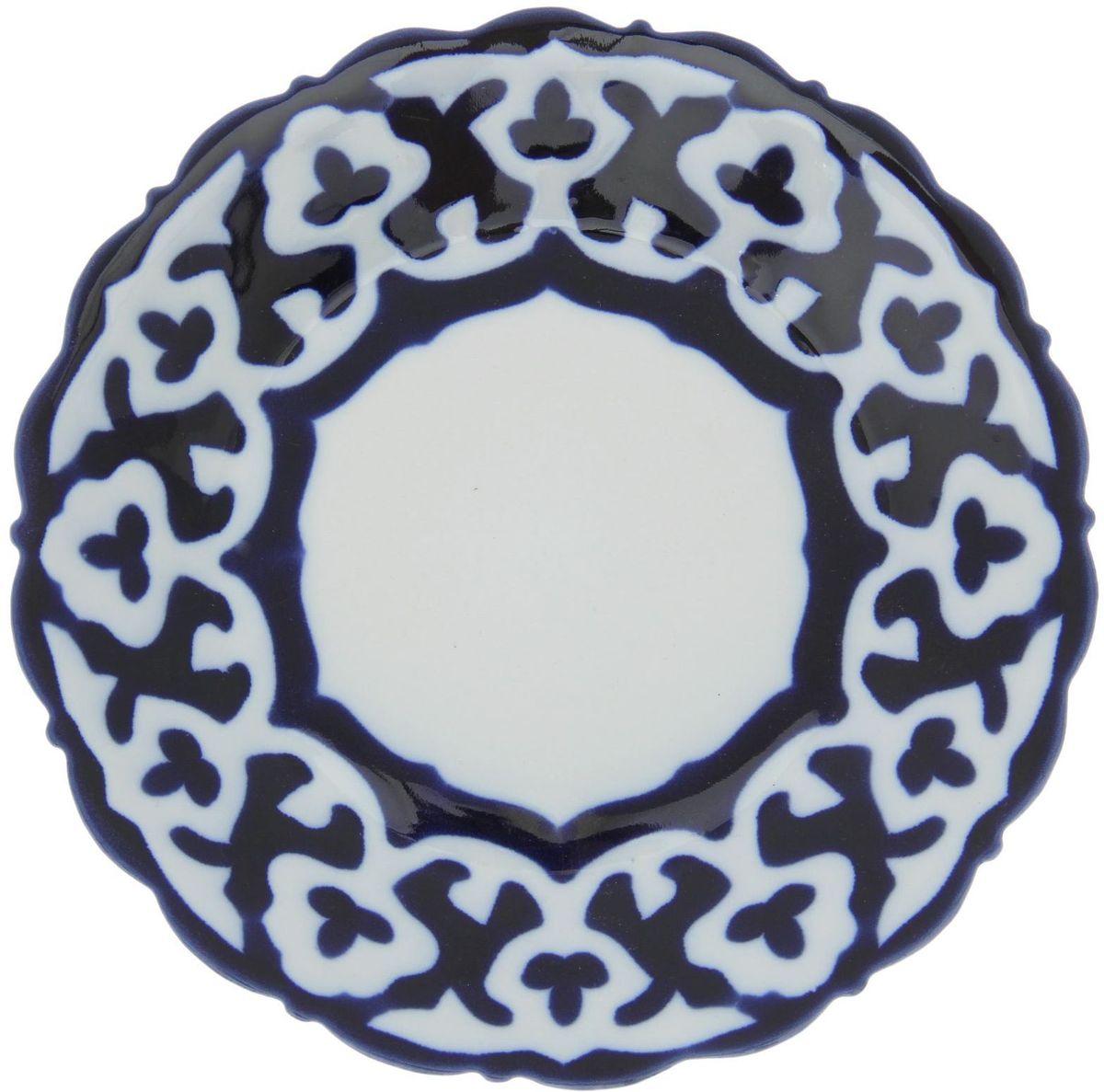 Тарелка Turon Porcelain Пахта, цвет: белый, синий, диаметр 17,5 см1386445Узбекская посуда известна всему миру уже более тысячи лет. Ей любовались царские особы, на ней подавали еду для шейхов и знатных персон. Формулы красок и глазури передаются из поколения в поколение. По сей день качественные расписные изделия продолжают восхищать совершенством и завораживающей красотой.Данный предмет подойдёт для повседневной и праздничной сервировки. Дополните стол текстилем и салфетками в тон, чтобы получить элегантное убранство с яркими акцентами.Национальная узбекская роспись «Пахта» сдержанна и благородна. Витиеватые узоры выводятся тонкой кистью, а фон заливается кобальтом. Синий краситель при обжиге слегка растекается и придаёт контуру изображений голубой оттенок. Густая глазурь наносится толстым слоем, благодаря чему рисунок мерцает.