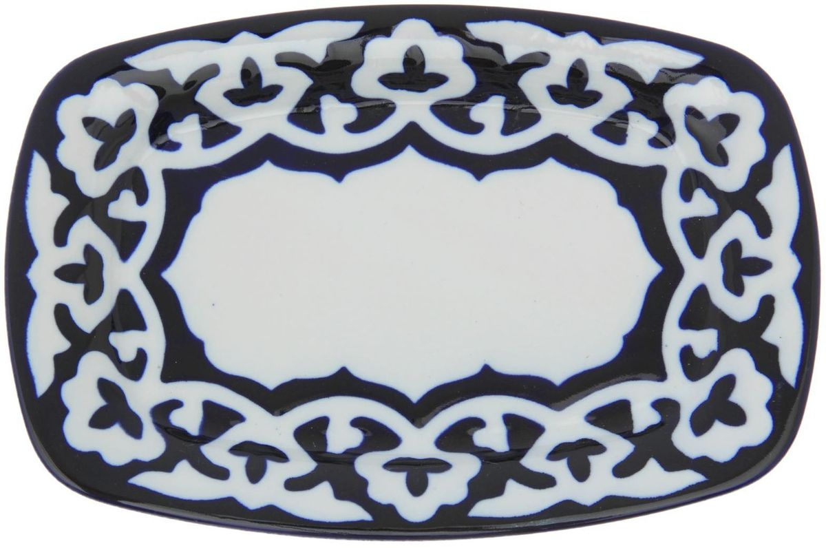 Тарелка Turon Porcelain Пахта, цвет: синий, белый, 28 х 19 см1386451Узбекская посуда известна всему миру уже более тысячи лет. Ей любовались царские особы, на ней подавали еду для шейхов и знатных персон. Формулы красок и глазури передаются из поколения в поколение. По сей день качественные расписные изделия продолжают восхищать совершенством и завораживающей красотой.Данный предмет подойдёт для повседневной и праздничной сервировки. Дополните стол текстилем и салфетками в тон, чтобы получить элегантное убранство с яркими акцентами.Национальная узбекская роспись «Пахта» сдержанна и благородна. Витиеватые узоры выводятся тонкой кистью, а фон заливается кобальтом. Синий краситель при обжиге слегка растекается и придаёт контуру изображений голубой оттенок. Густая глазурь наносится толстым слоем, благодаря чему рисунок мерцает.