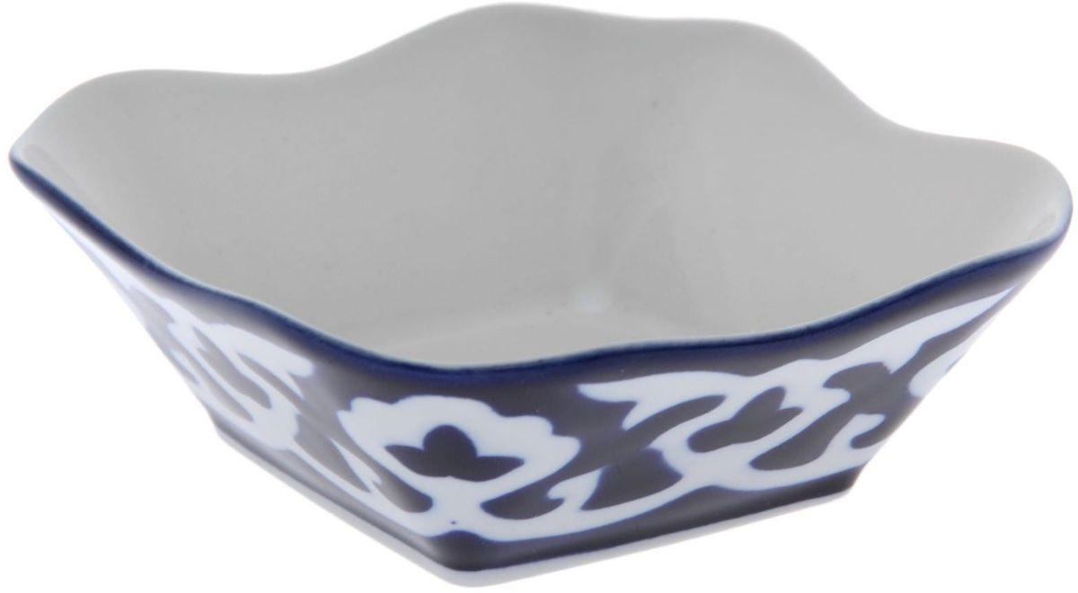 Салатница Turon Porcelain Пахта, цвет: синий, белый, диаметр 11 см1386459Узбекская посуда известна всему миру уже более тысячи лет. Ей любовались царские особы, на ней подавали еду для шейхов и знатных персон. Формулы красок и глазури передаются из поколения в поколение. По сей день качественные расписные изделия продолжают восхищать совершенством и завораживающей красотой.Данный предмет подойдёт для повседневной и праздничной сервировки. Дополните стол текстилем и салфетками в тон, чтобы получить элегантное убранство с яркими акцентами.Национальная узбекская роспись «Пахта» сдержанна и благородна. Витиеватые узоры выводятся тонкой кистью, а фон заливается кобальтом. Синий краситель при обжиге слегка растекается и придаёт контуру изображений голубой оттенок. Густая глазурь наносится толстым слоем, благодаря чему рисунок мерцает.