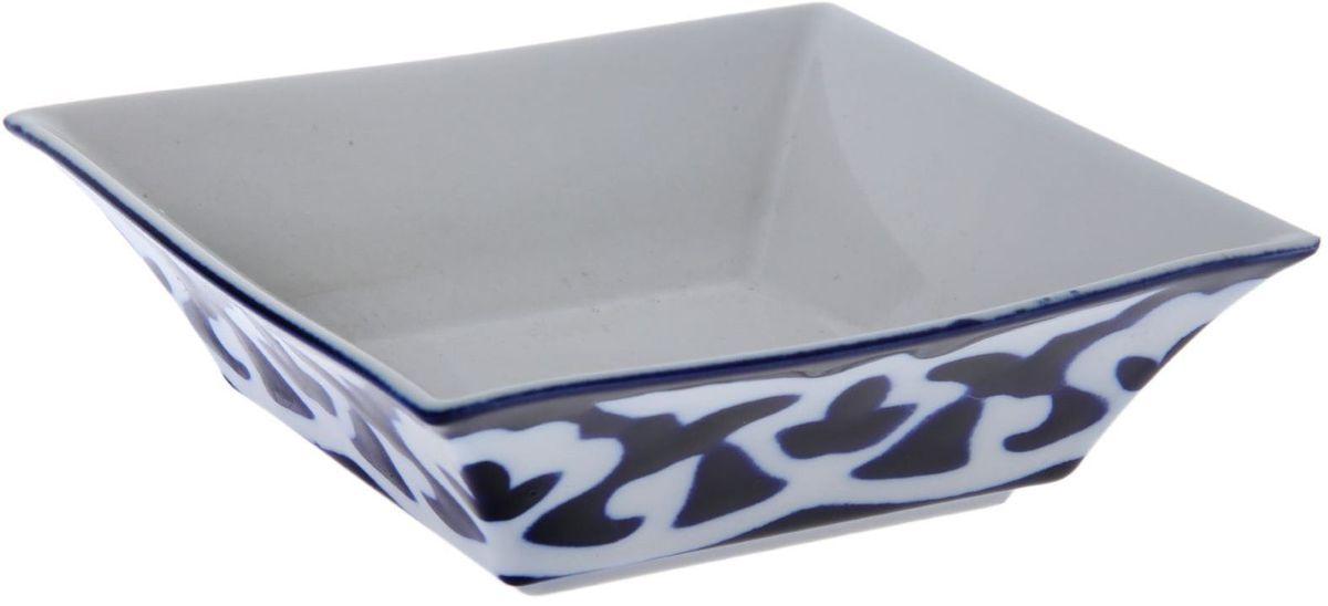 Салатница Turon Porcelain Пахта, цвет: синий, белый, 15,5 х 15,5 см1386463Узбекская посуда известна всему миру уже более тысячи лет. Ей любовались царские особы, на ней подавали еду для шейхов и знатных персон. Формулы красок и глазури передаются из поколения в поколение. По сей день качественные расписные изделия продолжают восхищать совершенством и завораживающей красотой.Данный предмет подойдёт для повседневной и праздничной сервировки. Дополните стол текстилем и салфетками в тон, чтобы получить элегантное убранство с яркими акцентами.Национальная узбекская роспись «Пахта» сдержанна и благородна. Витиеватые узоры выводятся тонкой кистью, а фон заливается кобальтом. Синий краситель при обжиге слегка растекается и придаёт контуру изображений голубой оттенок. Густая глазурь наносится толстым слоем, благодаря чему рисунок мерцает.