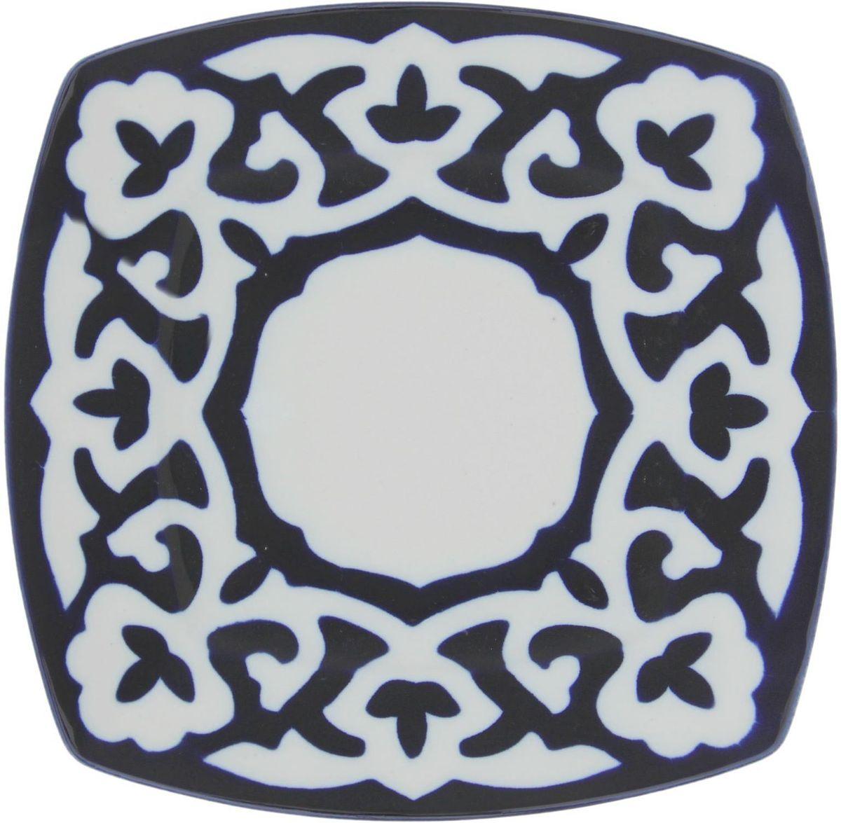 Тарелка Turon Porcelain Пахта, цвет: синий, белый, 20 х 20 см1386466Узбекская посуда известна всему миру уже более тысячи лет. Ей любовались царские особы, на ней подавали еду для шейхов и знатных персон. Формулы красок и глазури передаются из поколения в поколение. По сей день качественные расписные изделия продолжают восхищать совершенством и завораживающей красотой.Данный предмет подойдёт для повседневной и праздничной сервировки. Дополните стол текстилем и салфетками в тон, чтобы получить элегантное убранство с яркими акцентами.Национальная узбекская роспись «Пахта» сдержанна и благородна. Витиеватые узоры выводятся тонкой кистью, а фон заливается кобальтом. Синий краситель при обжиге слегка растекается и придаёт контуру изображений голубой оттенок. Густая глазурь наносится толстым слоем, благодаря чему рисунок мерцает.