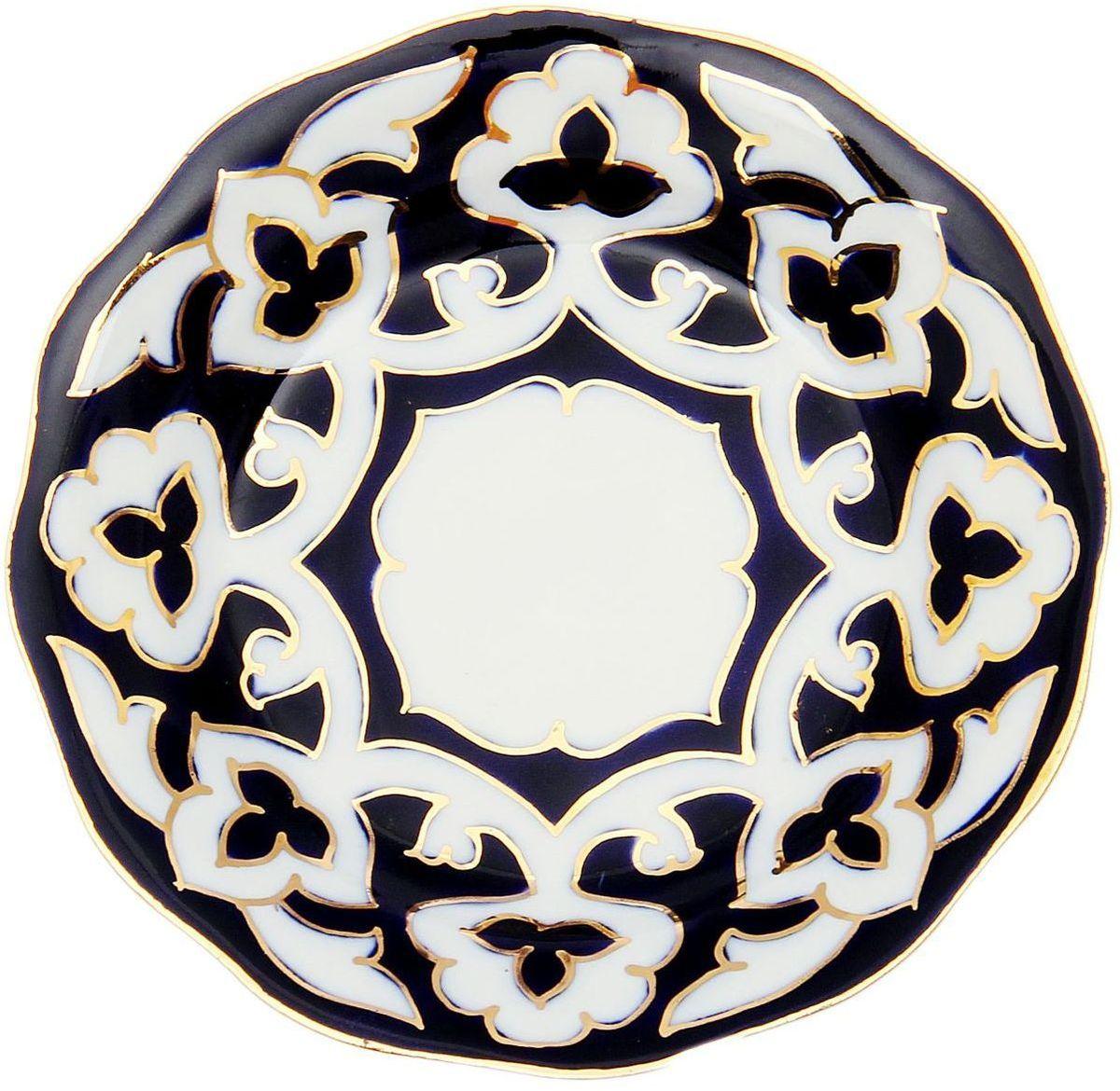 Тарелка Turon Porcelain Пахта, цвет: белый, синий, золотистый, диаметр 12,5 см1625353Узбекская посуда известна всему миру уже более тысячи лет. Ей любовались царские особы, на ней подавали еду для шейхов и знатных персон. Формулы красок и глазури передаются из поколения в поколение. По сей день качественные расписные изделия продолжают восхищать совершенством и завораживающей красотой.Тарелка Turon Porcelain Пахта подойдет для повседневной и праздничной сервировки. Дополните стол текстилем и салфетками в тон, чтобы получить элегантное убранство с яркими акцентами.Национальная узбекская роспись Пахта сдержанна и благородна. Витиеватые узоры выводятся тонкой кистью, а фон заливается кобальтом. Синий краситель при обжиге слегка растекается и придает контуру изображений голубой оттенок. Густая глазурь наносится толстым слоем, благодаря чему рисунок мерцает.