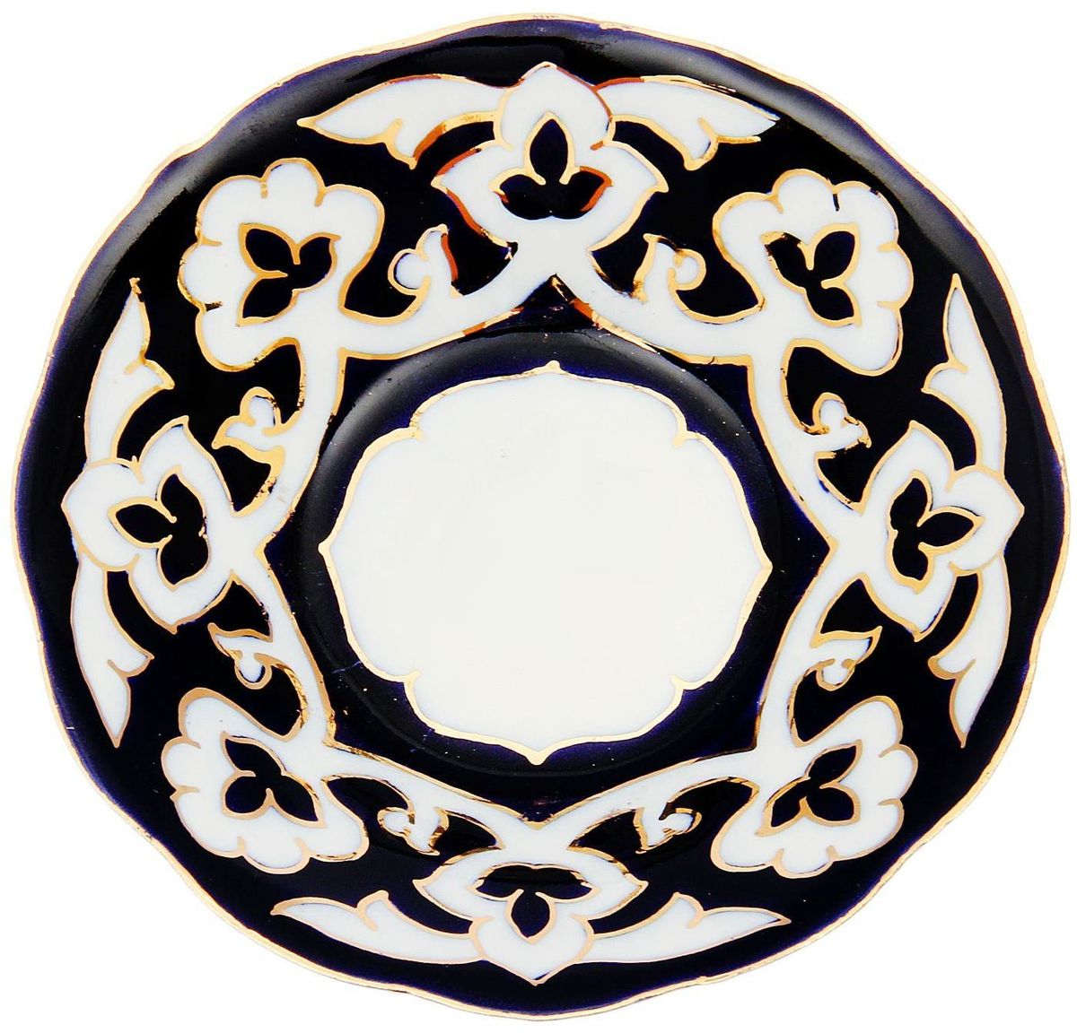 Тарелка Turon Porcelain Пахта, цвет: синий, белый, золотистый, диаметр 13 см1625354Узбекская посуда известна всему миру уже более тысячи лет. Ей любовались царские особы, на ней подавали еду для шейхов и знатных персон. Формулы красок и глазури передаются из поколения в поколение. По сей день качественные расписные изделия продолжают восхищать совершенством и завораживающей красотой. Тарелка Turon Porcelain Пахта подойдет для повседневной и праздничной сервировки. Дополните стол текстилем и салфетками в тон, чтобы получить элегантное убранство с яркими акцентами. Национальная узбекская роспись Пахта сдержанна и благородна. Витиеватые узоры выводятся тонкой кистью, а фон заливается кобальтом. Синий краситель при обжиге слегка растекается и придает контуру изображений голубой оттенок. Густая глазурь наносится толстым слоем, благодаря чему рисунок мерцает.