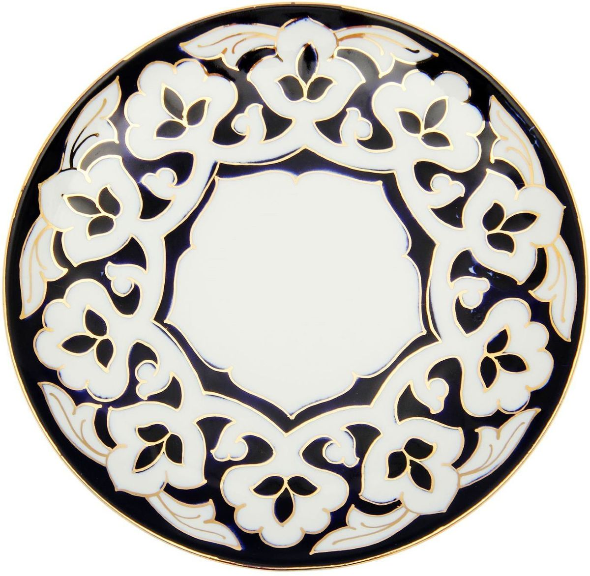 Тарелка Turon Porcelain Пахта, цвет: белый, синий, золотистый, диаметр 19,5 см1625357Узбекская посуда известна всему миру уже более тысячи лет. Ей любовались царские особы, на ней подавали еду для шейхов и знатных персон. Формулы красок и глазури передаются из поколения в поколение. По сей день качественные расписные изделия продолжают восхищать совершенством и завораживающей красотой.Тарелка Turon Porcelain Пахта подойдет для повседневной и праздничной сервировки. Дополните стол текстилем и салфетками в тон, чтобы получить элегантное убранство с яркими акцентами.Национальная узбекская роспись Пахта сдержанна и благородна. Витиеватые узоры выводятся тонкой кистью, а фон заливается кобальтом. Синий краситель при обжиге слегка растекается и придает контуру изображений голубой оттенок. Густая глазурь наносится толстым слоем, благодаря чему рисунок мерцает.