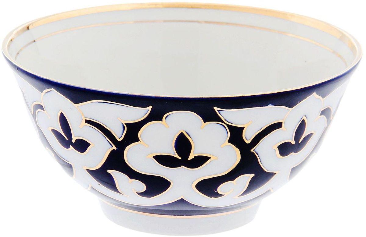 Коса Turon Porcelain Пахта, цвет: синий, белый, золотистый, диаметр 14,5 см1625412Узбекская посуда известна всему миру уже более тысячи лет. Ей любовались царские особы, на ней подавали еду для шейхов и знатных персон. Формулы красок и глазури передаются из поколения в поколение. По сей день качественные расписные изделия продолжают восхищать совершенством и завораживающей красотой.Данный предмет подойдет для повседневной и праздничной сервировки. Дополните стол текстилем и салфетками в тон, чтобы получить элегантное убранство с яркими акцентами.Национальная узбекская роспись Пахта сдержанна и благородна. Витиеватые узоры выводятся тонкой кистью, а фон заливается кобальтом. Синий краситель при обжиге слегка растекается и придает контуру изображений голубой оттенок. Густая глазурь наносится толстым слоем, благодаря чему рисунок мерцает.