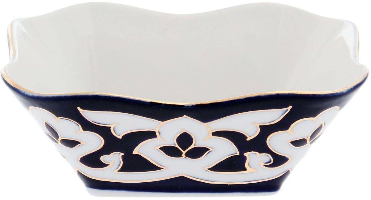 Салатник Turon Porcelain Пахта, цвет: синий, белый, золотистый, диаметр 11 см1625370Узбекская посуда известна всему миру уже более тысячи лет. Ей любовались царские особы, на ней подавали еду для шейхов и знатных персон. Формулы красок и глазури передаются из поколения в поколение. По сей день качественные расписные изделия продолжают восхищать совершенством и завораживающей красотой. Данный предмет подойдет для повседневной и праздничной сервировки. Дополните стол текстилем и салфетками в тон, чтобы получить элегантное убранство с яркими акцентами. Национальная узбекская роспись Пахта сдержанна и благородна. Витиеватые узоры выводятся тонкой кистью, а фон заливается кобальтом. Синий краситель при обжиге слегка растекается и придает контуру изображений голубой оттенок. Густая глазурь наносится толстым слоем, благодаря чему рисунок мерцает.