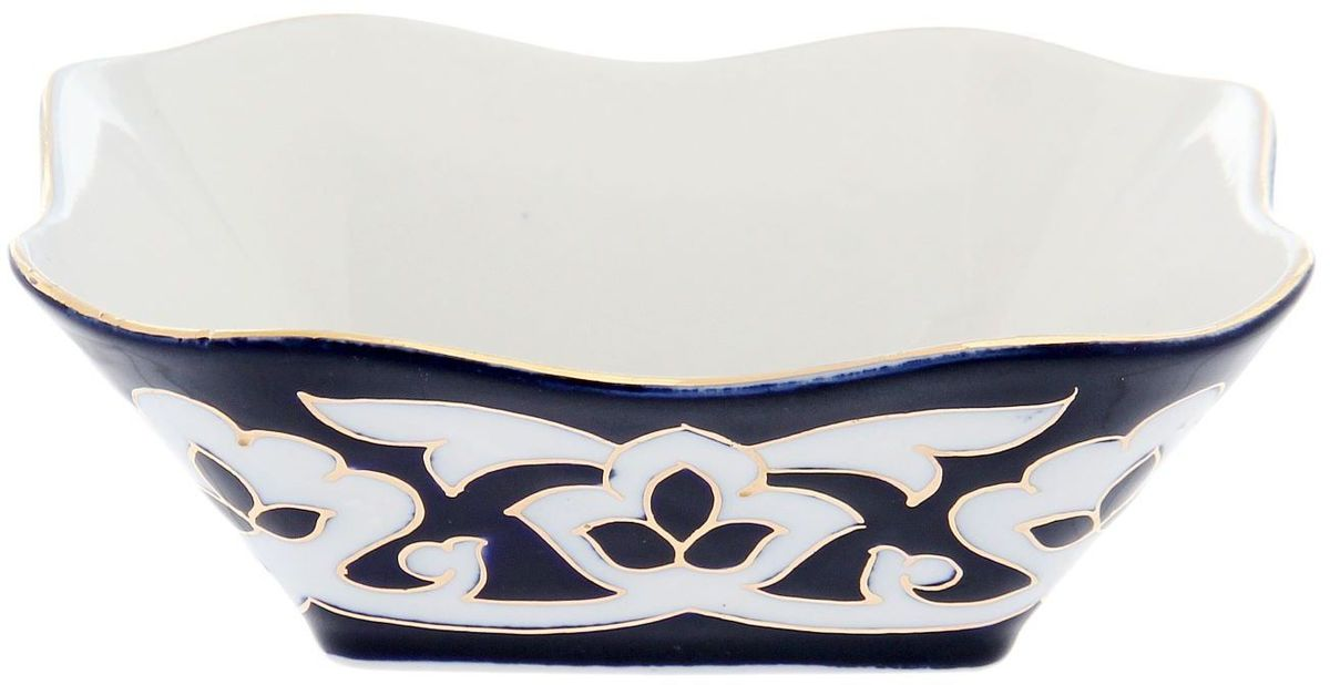 Салатник Turon Porcelain Пахта, цвет: синий, белый, золотистый, 14 х 14 см1625372Узбекская посуда известна всему миру уже более тысячи лет. Ей любовались царские особы, на ней подавали еду для шейхов и знатных персон. Формулы красок и глазури передаются из поколения в поколение. По сей день качественные расписные изделия продолжают восхищать совершенством и завораживающей красотой. Данный предмет подойдет для повседневной и праздничной сервировки. Дополните стол текстилем и салфетками в тон, чтобы получить элегантное убранство с яркими акцентами. Национальная узбекская роспись Пахта сдержанна и благородна. Витиеватые узоры выводятся тонкой кистью, а фон заливается кобальтом. Синий краситель при обжиге слегка растекается и придает контуру изображений голубой оттенок. Густая глазурь наносится толстым слоем, благодаря чему рисунок мерцает.