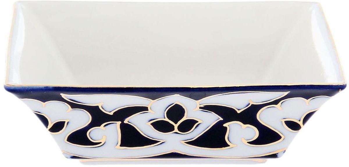 Салатник Turon Porcelain Пахта, цвет: синий, белый, золотистый, 15,5 х 15,5 см1625373Узбекская посуда известна всему миру уже более тысячи лет. Ей любовались царские особы, на ней подавали еду для шейхов и знатных персон. Формулы красок и глазури передаются из поколения в поколение. По сей день качественные расписные изделия продолжают восхищать совершенством и завораживающей красотой. Данный предмет подойдет для повседневной и праздничной сервировки. Дополните стол текстилем и салфетками в тон, чтобы получить элегантное убранство с яркими акцентами. Национальная узбекская роспись Пахта сдержанна и благородна. Витиеватые узоры выводятся тонкой кистью, а фон заливается кобальтом. Синий краситель при обжиге слегка растекается и придает контуру изображений голубой оттенок. Густая глазурь наносится толстым слоем, благодаря чему рисунок мерцает.