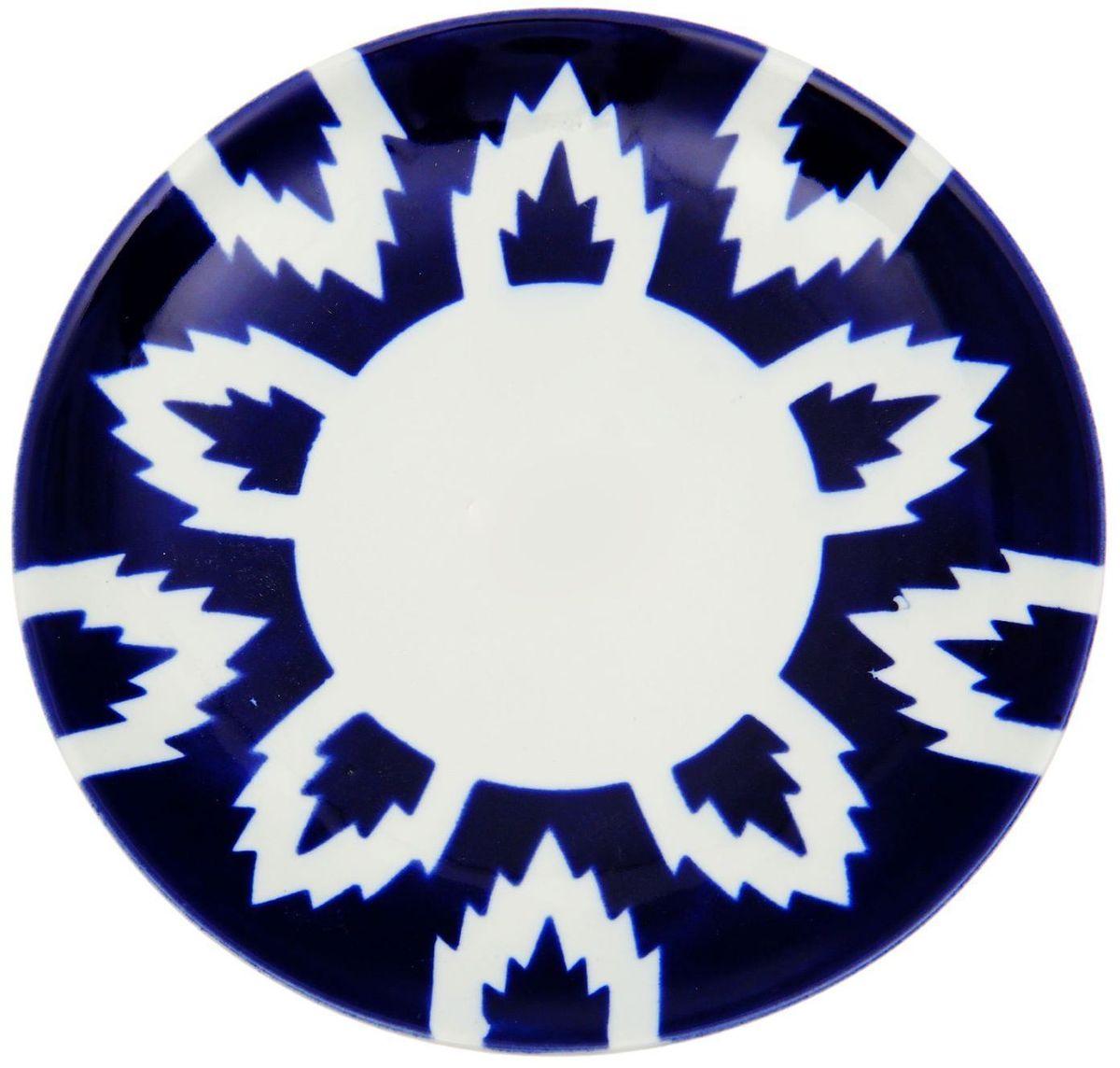 Тарелка Turon Porcelain Атлас, цвет: белый, синий, диаметр 19,5 см1625381Тарелка Turon Porcelain Атлас, выполненная из качественного фарфора, подойдет для повседневной и праздничной сервировки. Дополните стол текстилем и салфетками в тон, чтобы получить элегантное убранство с яркими акцентами. Национальная узбекская роспись Атлас имеет симметричный геометрический рисунок. Узоры, похожие на листья, выводятся тонкой кистью, фон заливается темно-синим кобальтом. Синий краситель при обжиге слегка растекается и придает контуру изображений голубой оттенок. Густая глазурь наносится толстым слоем, благодаря чему рисунок мерцает. Узбекская посуда известна всему миру уже более тысячи лет. Ей любовались царские особы, на ней подавали еду для шейхов и знатных персон. Формулы красок и глазури передаются из поколения в поколение. По сей день качественные расписные изделия продолжают восхищать совершенством и завораживающей красотой.