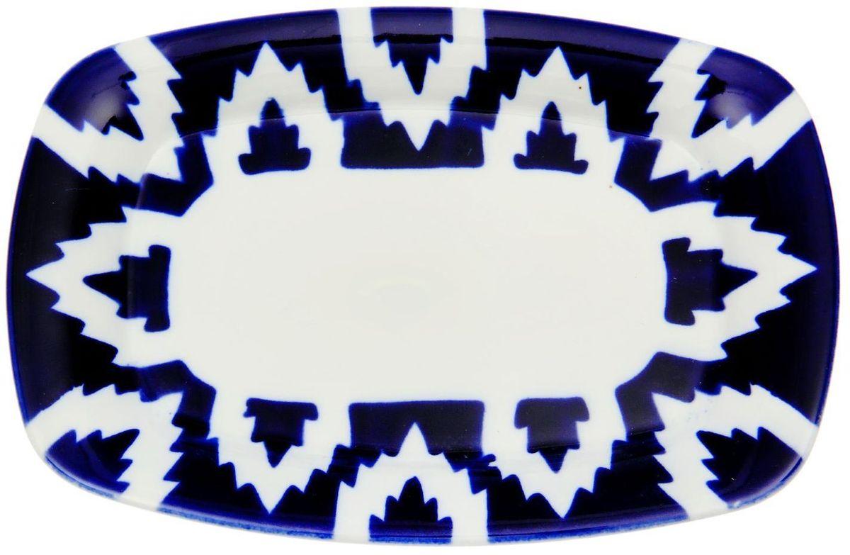 Тарелка Turon Porcelain Атлас, цвет: синий, белый, 23 х 15 см1625385Тарелка Turon Porcelain Атлас, выполненная из качественного фарфора, подойдет для повседневной и праздничной сервировки. Дополните стол текстилем и салфетками в тон, чтобы получить элегантное убранство с яркими акцентами.Национальная узбекская роспись Атлас имеет симметричный геометрический рисунок. Узоры, похожие на листья, выводятся тонкой кистью, фон заливается темно-синим кобальтом. Синий краситель при обжиге слегка растекается и придает контуру изображений голубой оттенок. Густая глазурь наносится толстым слоем, благодаря чему рисунок мерцает.Узбекская посуда известна всему миру уже более тысячи лет. Ей любовались царские особы, на ней подавали еду для шейхов и знатных персон. Формулы красок и глазури передаются из поколения в поколение. По сей день качественные расписные изделия продолжают восхищать совершенством и завораживающей красотой.