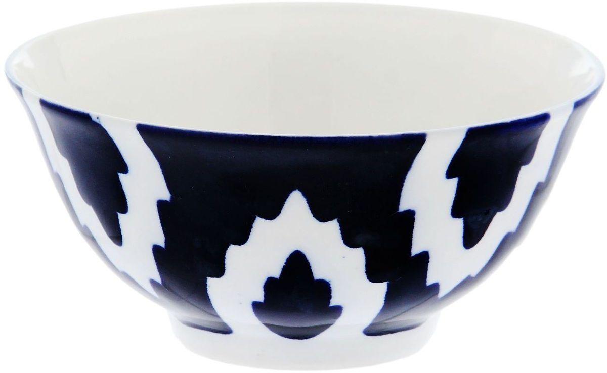Коса Turon Porcelain Атлас, цвет: синий, белый, диаметр 14,5 см1625388Узбекская посуда известна всему миру уже более тысячи лет. Ей любовались царские особы, на ней подавали еду для шейхов и знатных персон. Формулы красок и глазури передаются из поколения в поколение. По сей день качественные расписные изделия продолжают восхищать совершенством и завораживающей красотой.Данный предмет подойдёт для повседневной и праздничной сервировки. Дополните стол текстилем и салфетками в тон, чтобы получить элегантное убранство с яркими акцентами.Национальная узбекская роспись «Атлас» имеет симметричный геометрический рисунок. Узоры, похожие на листья, выводятся тонкой кистью, фон заливается тёмно-синим кобальтом. Синий краситель при обжиге слегка растекается и придаёт контуру изображений голубой оттенок. Густая глазурь наносится толстым слоем, благодаря чему рисунок мерцает.