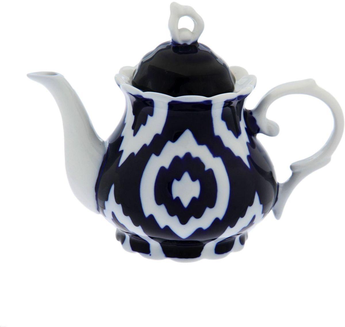Чайник заварочный Turon Porcelain Атлас, цвет: синий, белый, 800 мл1625392Узбекская посуда известна всему миру уже более тысячи лет. Ей любовались царские особы, на ней подавали еду для шейхов и знатных персон. Формулы красок и глазури передаются из поколения в поколение. По сей день качественные расписные изделия продолжают восхищать совершенством и завораживающей красотой.Данный предмет подойдёт для повседневной и праздничной сервировки. Дополните стол текстилем и салфетками в тон, чтобы получить элегантное убранство с яркими акцентами.Национальная узбекская роспись «Атлас» имеет симметричный геометрический рисунок. Узоры, похожие на листья, выводятся тонкой кистью, фон заливается тёмно-синим кобальтом. Синий краситель при обжиге слегка растекается и придаёт контуру изображений голубой оттенок. Густая глазурь наносится толстым слоем, благодаря чему рисунок мерцает.