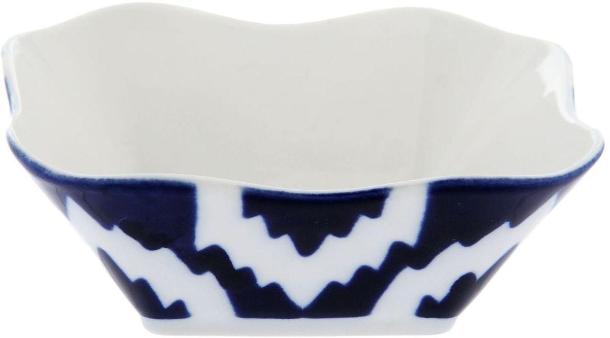 Салатник Turon Porcelain Атлас, цвет: синий, белый, 11 х 11 см1625394Узбекская посуда известна всему миру уже более тысячи лет. Ей любовались царские особы, на ней подавали еду для шейхов и знатных персон. Формулы красок и глазури передаются из поколения в поколение. По сей день качественные расписные изделия продолжают восхищать совершенством и завораживающей красотой. Салатник Turon Porcelain Атлас подойдет для повседневной и праздничной сервировки. Дополните стол текстилем и салфетками в тон, чтобы получить элегантное убранство с яркими акцентами. Национальная узбекская роспись Атлас имеет симметричный геометрический рисунок. Узоры, похожие на листья, выводятся тонкой кистью, фон заливается темно-синим кобальтом. Синий краситель при обжиге слегка растекается и придает контуру изображений голубой оттенок. Густая глазурь наносится толстым слоем, благодаря чему рисунок мерцает.
