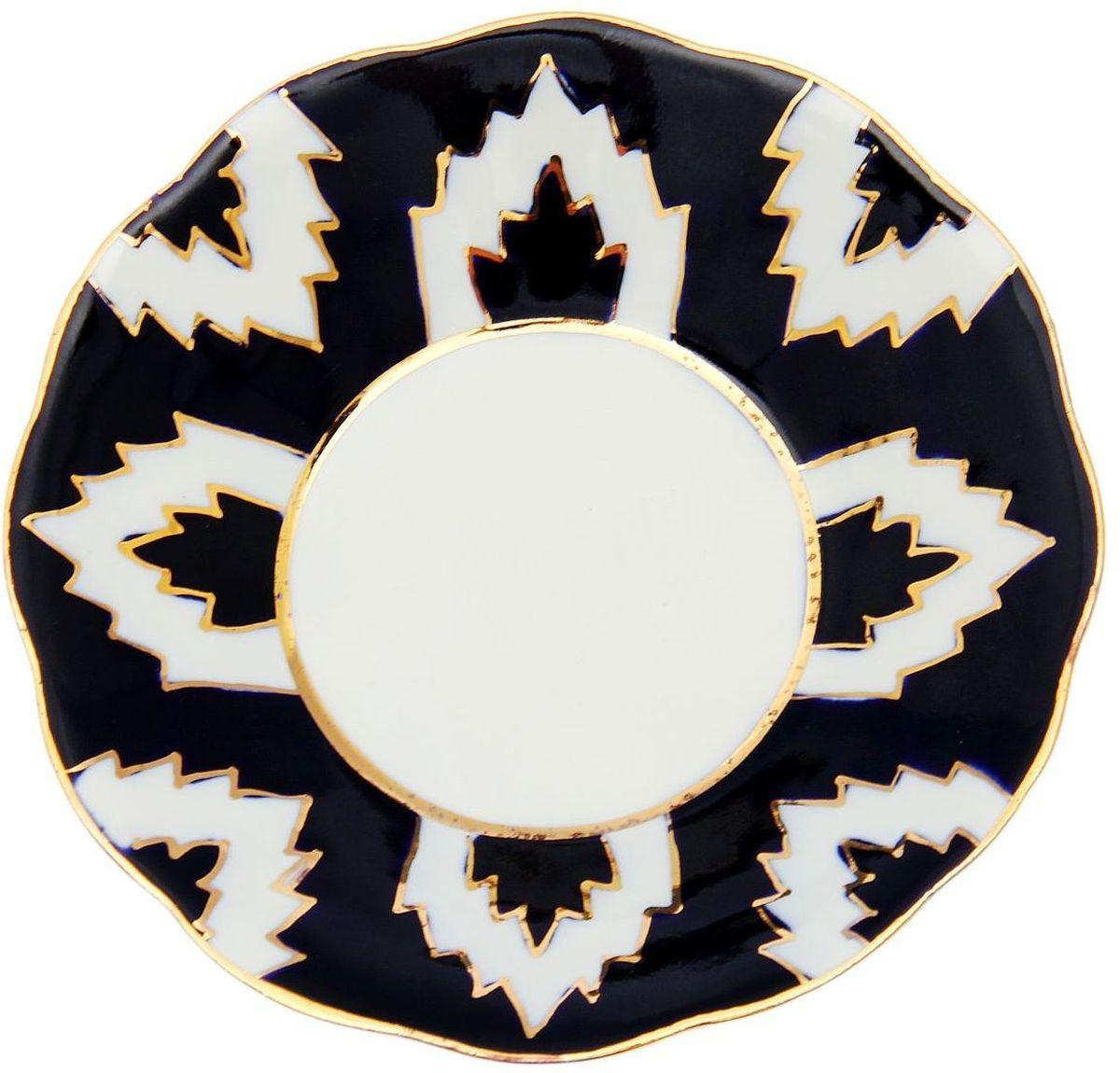 Тарелка Turon Porcelain Атлас, цвет: синий, белый, золотистый, диаметр 13 см1625402Тарелка Turon Porcelain Атлас, выполненная из качественного фарфора, подойдет для повседневной и праздничной сервировки. Дополните стол текстилем и салфетками в тон, чтобы получить элегантное убранство с яркими акцентами.Национальная узбекская роспись Атлас имеет симметричный геометрический рисунок. Узоры, похожие на листья, выводятся тонкой кистью, фон заливается темно-синим кобальтом. Синий краситель при обжиге слегка растекается и придает контуру изображений голубой оттенок. Густая глазурь наносится толстым слоем, благодаря чему рисунок мерцает.Узбекская посуда известна всему миру уже более тысячи лет. Ей любовались царские особы, на ней подавали еду для шейхов и знатных персон. Формулы красок и глазури передаются из поколения в поколение. По сей день качественные расписные изделия продолжают восхищать совершенством и завораживающей красотой.