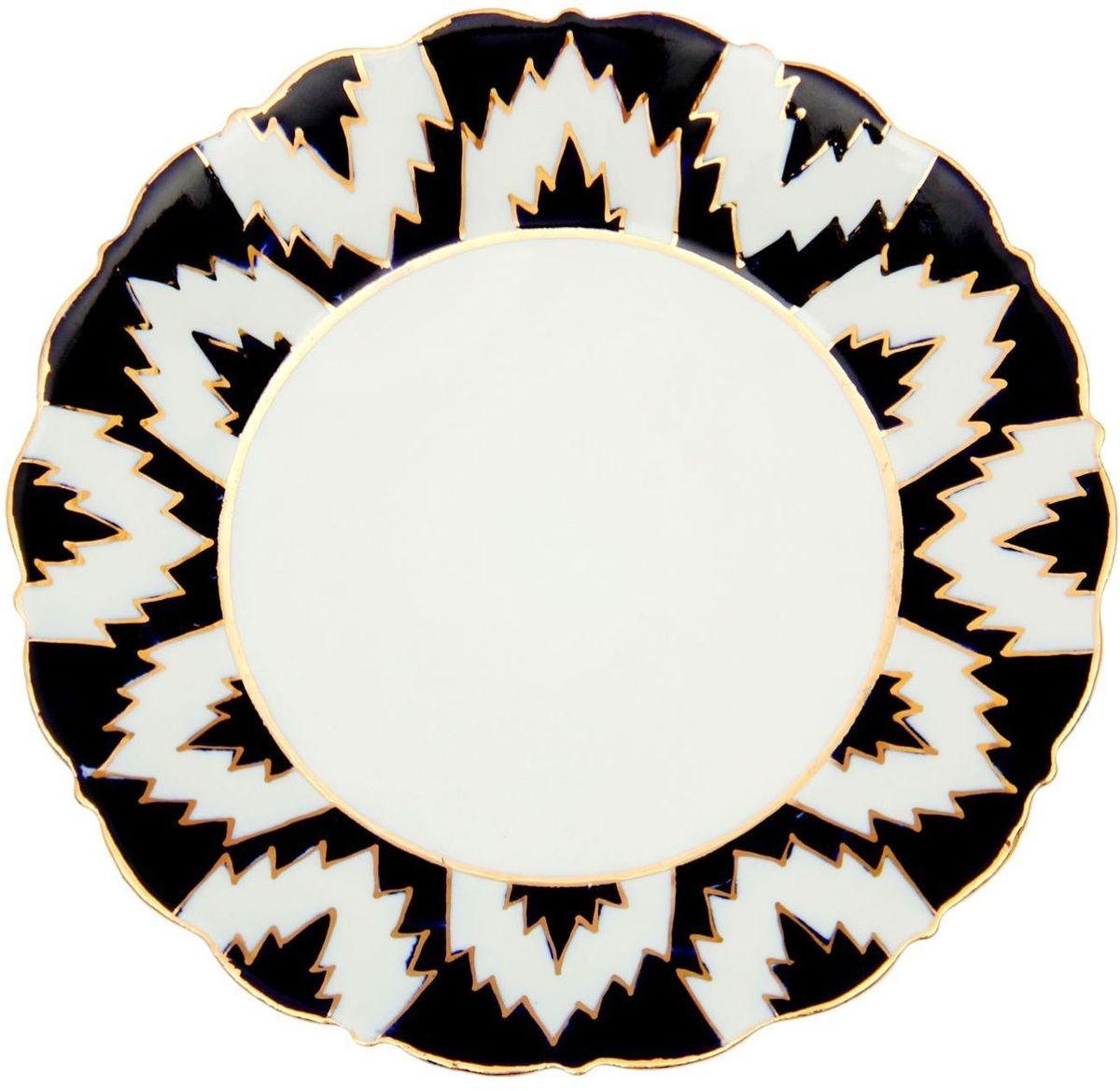 Тарелка Turon Porcelain Атлас, цвет: белый, синий, золотистый, диаметр 17,5 см1625404Тарелка Turon Porcelain Атлас, выполненная из качественного фарфора, подойдет для повседневной и праздничной сервировки. Дополните стол текстилем и салфетками в тон, чтобы получить элегантное убранство с яркими акцентами.Национальная узбекская роспись Атлас имеет симметричный геометрический рисунок. Узоры, похожие на листья, выводятся тонкой кистью, фон заливается темно-синим кобальтом. Синий краситель при обжиге слегка растекается и придает контуру изображений голубой оттенок. Густая глазурь наносится толстым слоем, благодаря чему рисунок мерцает.Узбекская посуда известна всему миру уже более тысячи лет. Ей любовались царские особы, на ней подавали еду для шейхов и знатных персон. Формулы красок и глазури передаются из поколения в поколение. По сей день качественные расписные изделия продолжают восхищать совершенством и завораживающей красотой.