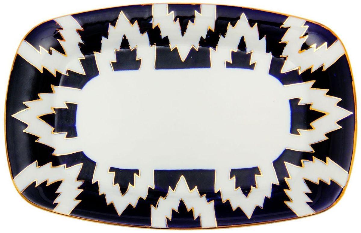 Тарелка Turon Porcelain Атлас, цвет: синий, белый, золотистый, 23 х 15 см1625409Тарелка Turon Porcelain Атлас, выполненная из качественного фарфора, подойдет для повседневной и праздничной сервировки. Дополните стол текстилем и салфетками в тон, чтобы получить элегантное убранство с яркими акцентами. Национальная узбекская роспись Атлас имеет симметричный геометрический рисунок. Узоры, похожие на листья, выводятся тонкой кистью, фон заливается темно-синим кобальтом. Синий краситель при обжиге слегка растекается и придает контуру изображений голубой оттенок. Густая глазурь наносится толстым слоем, благодаря чему рисунок мерцает. Узбекская посуда известна всему миру уже более тысячи лет. Ей любовались царские особы, на ней подавали еду для шейхов и знатных персон. Формулы красок и глазури передаются из поколения в поколение. По сей день качественные расписные изделия продолжают восхищать совершенством и завораживающей красотой.