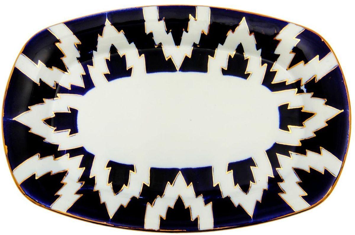 Тарелка Turon Porcelain Атлас, цвет: синий, белый, золотистый, 28 х 19 см1625410Узбекская посуда известна всему миру уже более тысячи лет. Ей любовались царские особы, на ней подавали еду для шейхов и знатных персон. Формулы красок и глазури передаются из поколения в поколение. По сей день качественные расписные изделия продолжают восхищать совершенством и завораживающей красотой.Данный предмет подойдёт для повседневной и праздничной сервировки. Дополните стол текстилем и салфетками в тон, чтобы получить элегантное убранство с яркими акцентами.Национальная узбекская роспись «Атлас» имеет симметричный геометрический рисунок. Узоры, похожие на листья, выводятся тонкой кистью, фон заливается тёмно-синим кобальтом. Синий краситель при обжиге слегка растекается и придаёт контуру изображений голубой оттенок. Густая глазурь наносится толстым слоем, благодаря чему рисунок мерцает.