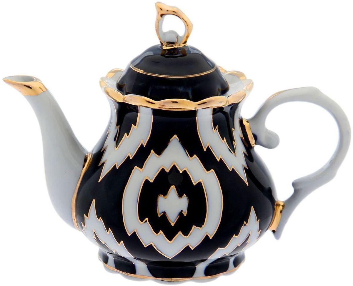 """Чайник заварочный Turon Porcelain """"Атлас"""", выполненный из фарфора, подойдёт для повседневной и праздничной сервировки. Дополните стол текстилем и салфетками в тон, чтобы получить элегантное убранство с яркими акцентами. Национальная узбекская роспись """"Атлас"""" имеет симметричный геометрический рисунок. Узоры, похожие на листья, выводятся тонкой кистью, фон заливается тёмно-синим кобальтом. Синий краситель при обжиге слегка растекается и придаёт контуру изображений голубой оттенок. Густая глазурь наносится толстым слоем, благодаря чему рисунок мерцает."""