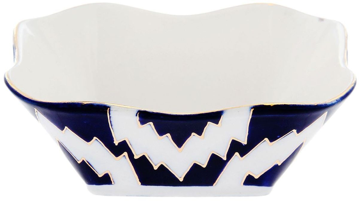 Салатница Turon Porcelain Атлас, цвет: синий, белый, золотистый, диаметр 11 см1625418Узбекская посуда известна всему миру уже более тысячи лет. Ей любовались царские особы, на ней подавали еду для шейхов и знатных персон. Формулы красок и глазури передаются из поколения в поколение. По сей день качественные расписные изделия продолжают восхищать совершенством и завораживающей красотой.Данный предмет подойдёт для повседневной и праздничной сервировки. Дополните стол текстилем и салфетками в тон, чтобы получить элегантное убранство с яркими акцентами.Национальная узбекская роспись «Атлас» имеет симметричный геометрический рисунок. Узоры, похожие на листья, выводятся тонкой кистью, фон заливается тёмно-синим кобальтом. Синий краситель при обжиге слегка растекается и придаёт контуру изображений голубой оттенок. Густая глазурь наносится толстым слоем, благодаря чему рисунок мерцает.