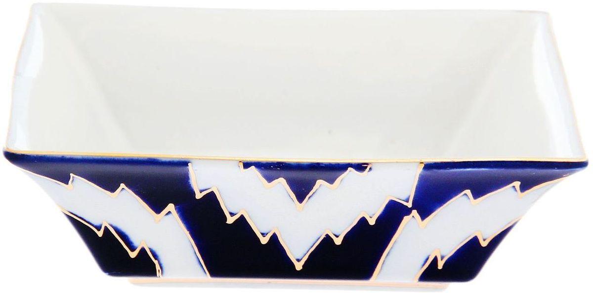 Салатница Turon Porcelain Атлас, цвет: синий, белый, золотистый, диаметр 12,5 см1625419Узбекская посуда известна всему миру уже более тысячи лет. Ей любовались царские особы, на ней подавали еду для шейхов и знатных персон. Формулы красок и глазури передаются из поколения в поколение. По сей день качественные расписные изделия продолжают восхищать совершенством и завораживающей красотой.Данный предмет подойдёт для повседневной и праздничной сервировки. Дополните стол текстилем и салфетками в тон, чтобы получить элегантное убранство с яркими акцентами.Национальная узбекская роспись «Атлас» имеет симметричный геометрический рисунок. Узоры, похожие на листья, выводятся тонкой кистью, фон заливается тёмно-синим кобальтом. Синий краситель при обжиге слегка растекается и придаёт контуру изображений голубой оттенок. Густая глазурь наносится толстым слоем, благодаря чему рисунок мерцает.