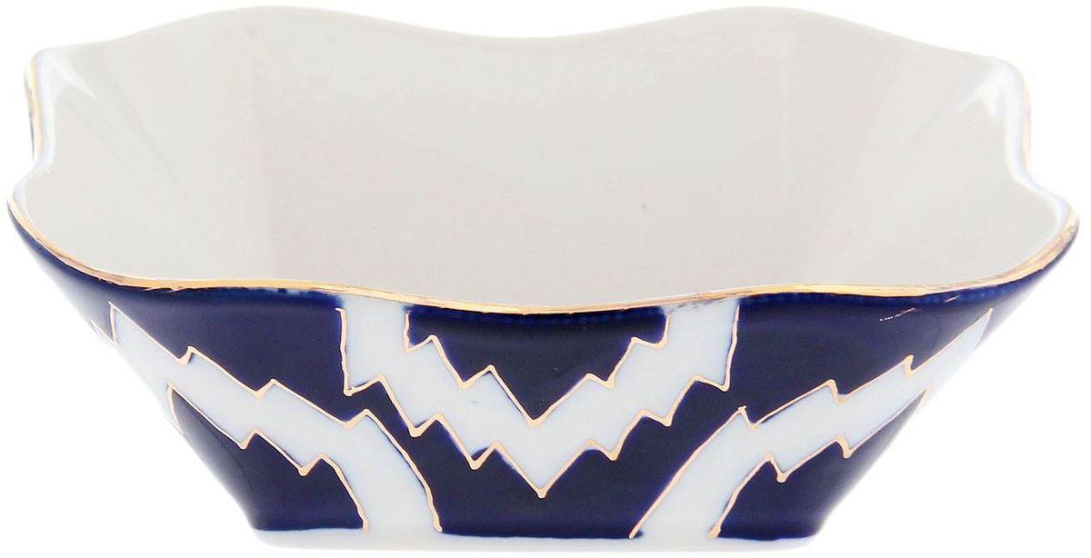 Салатник Turon Porcelain Атлас, цвет: синий, белый, золотистый, 14 х 14 см1625420Узбекская посуда известна всему миру уже более тысячи лет. Ей любовались царские особы, на ней подавали еду для шейхов и знатных персон. Формулы красок и глазури передаются из поколения в поколение. По сей день качественные расписные изделия продолжают восхищать совершенством и завораживающей красотой.Салатник Turon Porcelain Атлас подойдет для повседневной и праздничной сервировки. Дополните стол текстилем и салфетками в тон, чтобы получить элегантное убранство с яркими акцентами. Национальная узбекская роспись Атлас имеет симметричный геометрический рисунок. Узоры, похожие на листья, выводятся тонкой кистью, фон заливается темно-синим кобальтом. Синий краситель при обжиге слегка растекается и придает контуру изображений голубой оттенок. Густая глазурь наносится толстым слоем, благодаря чему рисунок мерцает.