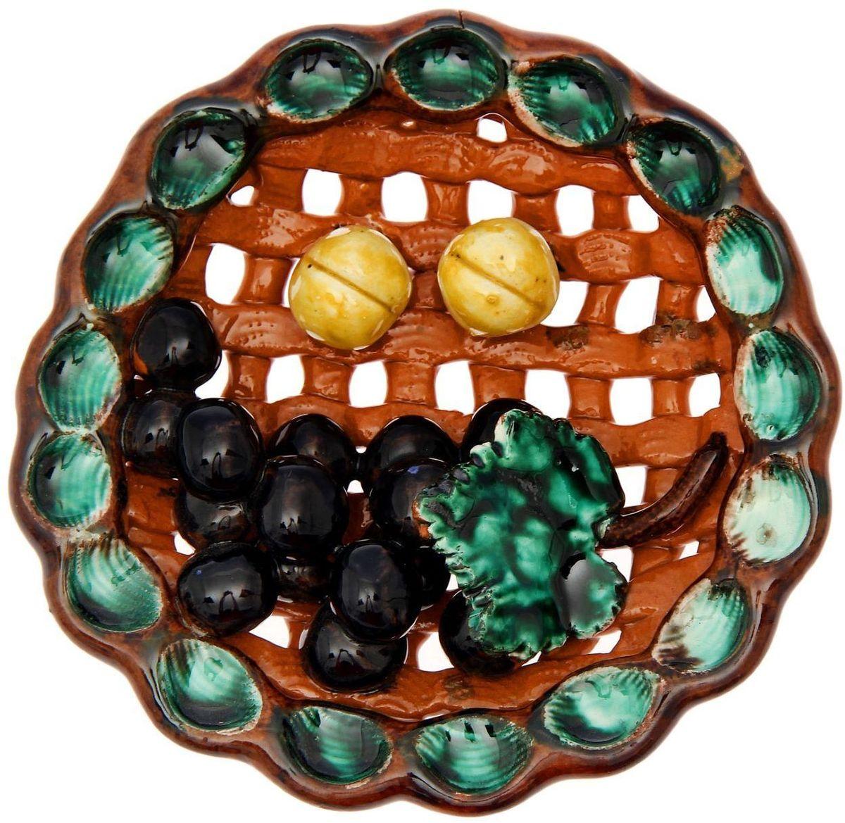 Тарелка декоративная Риштанская керамика, цвет: коричневый, зеленый, черный, диаметр 13 см1692190Узбекская посуда известна всему миру уже более тысячи лет. Ей любовались царские особы, на ней подавали еду шейхам и знатным персонам. Формула глазури передается из поколения в поколение. По сей день качественные изделия продолжают восхищать своей идеальной формой. Декоративная тарелка Риштанская керамика подойдет для оформления вашего дома. Дополните стол текстилем и салфетками в тон, чтобы получить элегантное убранство с яркими акцентами. Диаметр: 13 см.