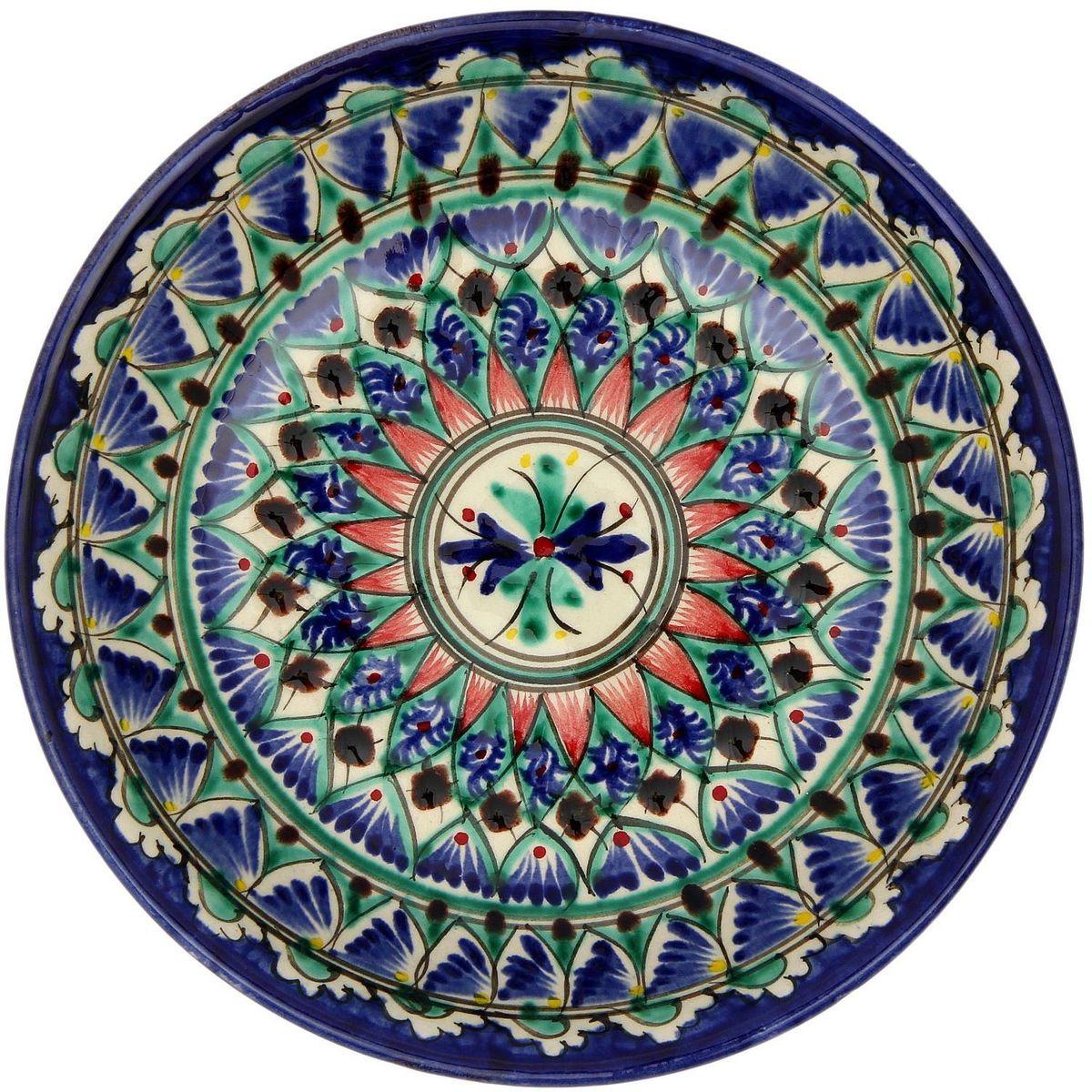 """Узбекская посуда известна всему миру уже более тысячи лет. Ей любовались царские особы, на ней подавали еду шейхам и знатным персонам. Формула глазури передается из поколения в поколение. По сей день качественные изделия продолжают восхищать своей идеальной формой. Тарелка """"Риштанская керамика"""" подойдет для повседневной и праздничной сервировки. Дополните стол текстилем и салфетками в тон, чтобы получить элегантное убранство с яркими акцентами. Диаметр: 19 см."""