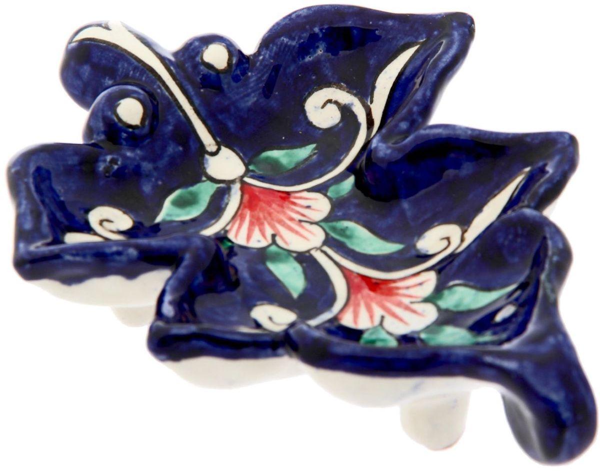 Конфетница — это не просто обеденный атрибут, это украшение стола. Посуда с национальной росписью станет отменным подарком для ценителей высокородной посуды.Риштан — город на востоке Узбекистана, один из древнейших в Ферганской долине. С давних времён Риштан славится своим гончарным искусством изготовления цветной керамики. Красноватую глину для изделия добывают в самом городе. Мастера утверждают, что их глина настолько высокого качества, что даже не нуждается в предварительной обработке. Дополните коллекцию кухонных аксессуаров пряными восточными нотами.