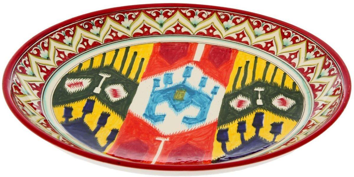 Ляган Риштанская керамика Орнамент, диаметр 31 см2245470Узбекская посуда известна всему миру уже более тысячи лет. Ей любовались царские особы, на ней подавали еду для шейхов и знатных персон. Формулы красок и глазури передаются из поколения в поколение. По сей день качественные расписные изделия продолжают восхищать совершенством и завораживающей красотой.Данный предмет подойдёт для повседневной и праздничной сервировки. Дополните стол текстилем и салфетками в тон, чтобы получить элегантное убранство с яркими акцентами.Национальная узбекская роспись «Атлас» имеет симметричный геометрический рисунок. Узоры, похожие на листья, выводятся тонкой кистью, фон заливается тёмно-синим кобальтом. Синий краситель при обжиге слегка растекается и придаёт контуру изображений голубой оттенок. Густая глазурь наносится толстым слоем, благодаря чему рисунок мерцает.