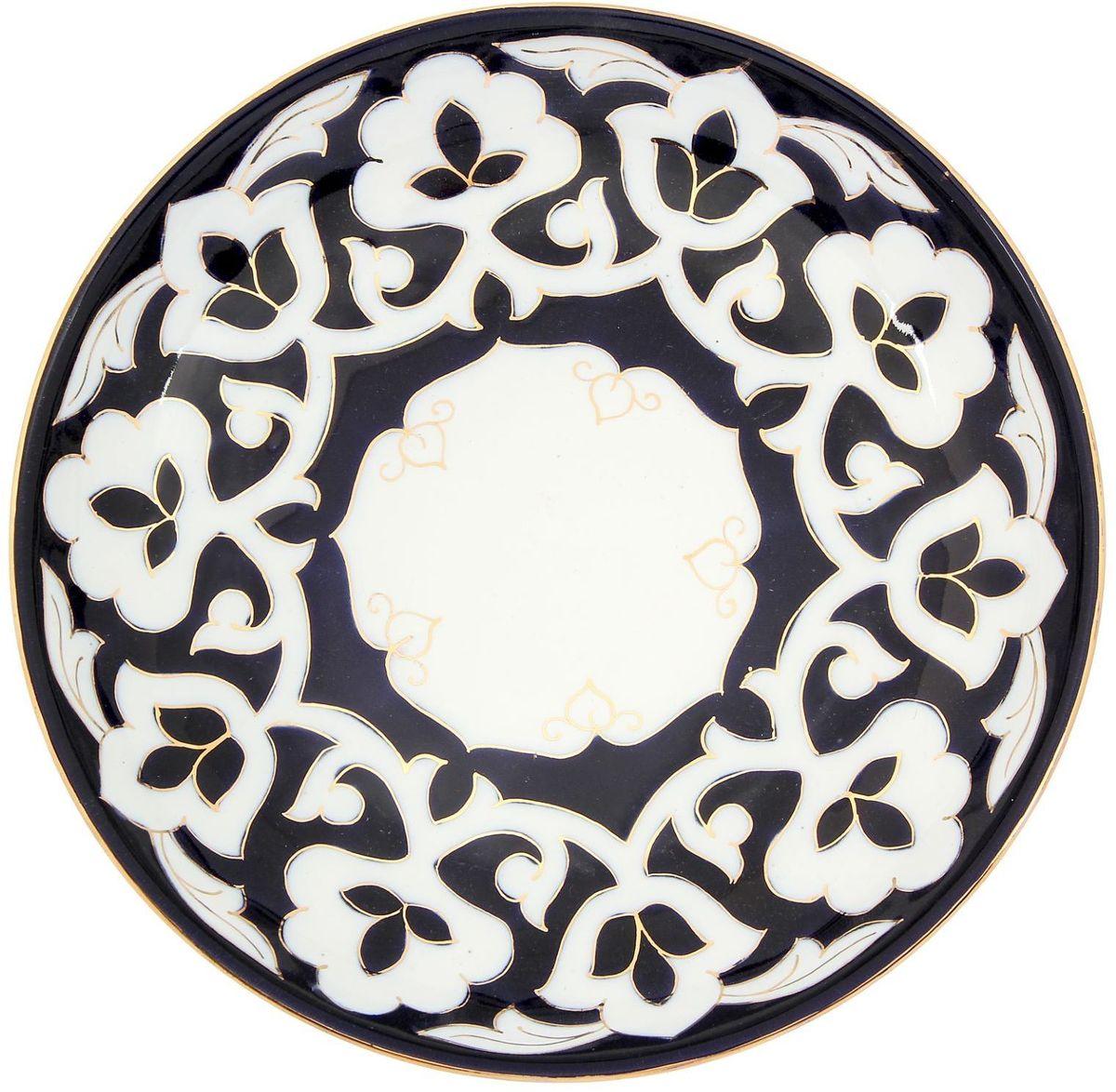 """Узбекская посуда известна всему миру уже более тысячи лет. Ей любовались царские особы, на ней подавали еду для шейхов и знатных персон. Формулы красок и глазури передаются из поколения в поколение. По сей день качественные расписные изделия продолжают восхищать совершенством и завораживающей красотой.  Данный предмет подойдет для повседневной и праздничной сервировки. Дополните стол текстилем и салфетками в тон, чтобы получить элегантное убранство с яркими акцентами.  Национальная узбекская роспись """"Пахта"""" сдержанна и благородна. Витиеватые узоры выводятся тонкой кистью, а фон заливается кобальтом. Синий краситель при обжиге слегка растекается и придает контуру изображений голубой оттенок. Густая глазурь наносится толстым слоем, благодаря чему рисунок мерцает."""