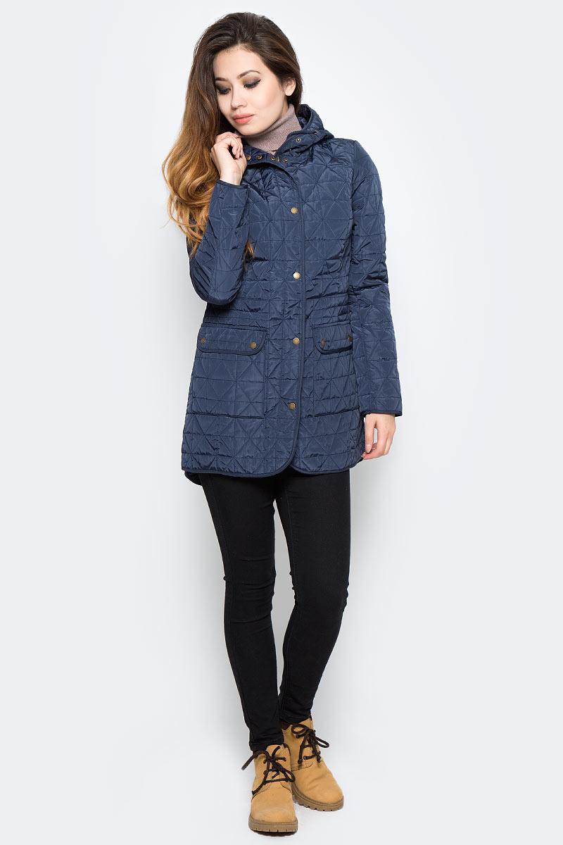 Куртка женская Sela, цвет: синий. CpQ-126/752-7360. Размер L (48)CpQ-126/752-7360Оригинальная женская куртка Sela станет отличным дополнением к повседневному гардеробу в прохладную погоду. Модель приталенного кроя с капюшоном на шнурке выполнена из высококачественного стеганого материала и дополнена двумя накладными карманами с клапанами на кнопках. Спереди изделие застегивается на молнию с ветрозащитной планкой на кнопках.