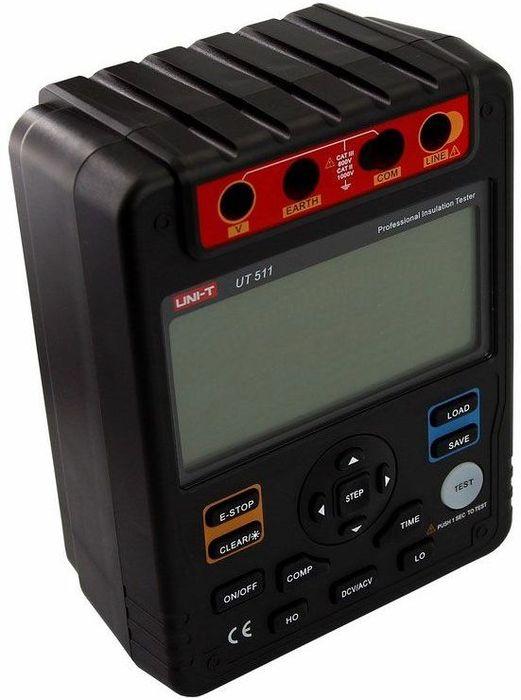 Измеритель сопротивления изоляции Unit UT51113-0042Любой электрический кабель и его жилы защищены диэлектрической изолирующей оболочкой. Изоляция и ее сопротивление должны быть безупречными, но в реальности между проводниками под напряжением возникает электрический ток утечки. А так как кабель со временем изнашивается то и изолирующие свойства оболочки теряются и ослабевают. В свою очередь ухудшение изолирующих свойств кабеля может привести к коротким замыканиям и даже возгораниям. Своевременный контроль качества и состояния кабеля позволит избежать подобных ситуаций. У каждого кабеля существует свой срок службы, который зависит от многих параметров. Кроме изначальной составляющей (качества самого кабеля) так же во многом срок службы зависит и от условий эксплуатации и внешних факторов. Например, ускоренное старение кабеля происходит под воздействием высокой температуры, повышенной влажности, резких температурных скачков, механических воздействий (изгибов, ударов, натяжений…), повышенного электрического напряжения и многих других факторов. Помимо очевидной необходимости в проверке, возможный износ кабеля, существуют так же проверки надзорных органов, это могут быть Ростехнодзор, МЧС, Государственная жилищная инспекция, в зависимости от того о каком объекте идет речь(жилой дом, фабрика, складское или иное помещение..). И имея под рукой данный аппарат можно в любое время удостовериться о том что сопротивление изоляции кабеля не только не несет в себе опасности, но и соответствует или не соответствует нормам и актам проверяющего органа. Именно для замера сопротивления изоляции необходим аппарат UT511 - измерительный прибор, генерирующий запрограммированное напряжение и измеряющий сопротивление. Принцип работы данного аппарата прост: UT511 генерирует высокое напряжение, на выходе получает ток (ток утечки) и рассчитывает необходимый нам параметр: сопротивление изоляции. Выходное напряжение измерителя сопротивления изоляции UT511 – 100В/250В/500В/1000В. Кроме контроля над