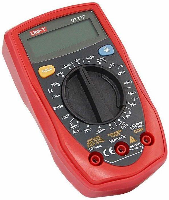 Портативный мультиметр Unit UT33D13-1008Мультиметр - электроизмерительный прибор который включает в себя несколько функций и набор измеряемых параметров. Все приборы серии UT-30 измеряют напряжение, сопротивление и ток в цепи. Прибор UT33D является портативным мультиметром, компактные размеры позволяют всегда носить его с собой. Но, несмотря на малые размеры, данный мультиметр обладает широким функционалом и это выгодно отличает его от других. С его помощью вы сможете измерить постоянное и переменное напряжение, постоянный ток и сопротивление. А так же с помощью данного прибора можно проводить тестирование диодов и осуществлять прозвонку целостности цепи. Еще одной отличительной особенностью данного прибора является функция генерирования прямоугольных сигналов (меандр), эта функция нужна для измерений и преобразований сигнала и в других областях. Инженеры старались сделать прибор максимально удобным для использования. Выбор измеряемых величин и пределов измерений производиться с помощью усиленного поворотного регулятора, благодаря которому исключается возможность случайного нажатия. Мультиметр UT33D оснащен функцией Data hold, и зафиксировав результат измерений, вы в любое время сможете считать полученный значение. Дисплей прибора оснащен подсветкой, которая позволяет проводить измерения даже в слабоосвещенных местах. Прибор изготовлен из высококачественных материалов и комплектуется защитным чехлом, который позволит избежать повреждений прибора от падений и царапин. Мультиметр снабжен подставкой, которая позволяет разместить прибор на любой плоской поверхности. Калибровка и тестирование приборов произведено под контролем компании REXANT INTERNATIONAL.Характеристики:Постоянное напряжение: 200мВ/2000мВ/20В/200В/500В (0,5%+2)Переменное напряжение: 200В/500В (1,2%+10)Постоянный ток: 2000µА/20мА/200мА/10А (1%+2)Сопротивление: 200Ом/2000Ом/20кОм/200кОм/20МОм/200МОм (0,8%+2)3х разрядный дисплей Ручной выбор предела измеренийТестирование диодовГенератор прямоугольного сигн