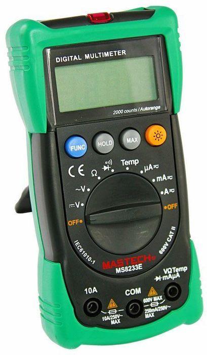 Мультиметр универсальный Mastech MS8233E13-2013Мультиметр - электроизмерительный прибор, который включает в себя несколько функций и набор измеряемыхпараметров. Все приборы данной серии измеряют постоянное и переменное напряжение, а так же постоянныйтоки сопротивление в цепи. А так же с помощью данного прибора можно проводить тестирование диодов иосуществлять прозвонку целостности цепи.Прибор является портативным мультиметром, компактныеразмеры позволяют всегда носить его с собой. Но, несмотря на малые размеры, данный мультиметр обладаетшироким функционалом и это выгодно отличает его от других. Прибор имеет функцию удержания результатаизмерений Data hold, для тех случаев, когда измерения проводятся в труднодоступных местах и не всегда естьвозможность взглянуть на экран.Инженеры старались сделать прибор максимально удобным дляиспользования. Выбор измеряемых величин и пределов измерений производиться с помощью усиленногоповоротного регулятора, благодаря которому исключается возможность случайного нажатия. Приборизготовлениз высококачественных материалов, калибровка и тестирование приборов произведено под контролемкомпанииREXANT INTERNATIONAL.Характеристики:Постоянное напряжение: 200mВ/2В/20м/200В/600В (±0,5%+3). Переменное напряжение: 2В/20В/200В/600В (±1,2%+10). Постоянный ток: 200мкА/2мА/20мА/200мА (±1,0%+3), 10A (±3,0%+5). Переменный ток: 200мкА/2мА/20мА/200мА (±1,5%+3), 10A (±3,0%+8). Сопротивление: 200Ом/2КОм/20КОм/200КОм/2МОм/20МОм (±0,8%+4). Температура: от -20°C до +1000°C (±3,0%+3). Дисплей: 4х разрядный.Электрический импеданс: менее 50 Ом. Размер (см): 14,5 х 7,3 х 4,5. Тип батареи: 9В типа Крона