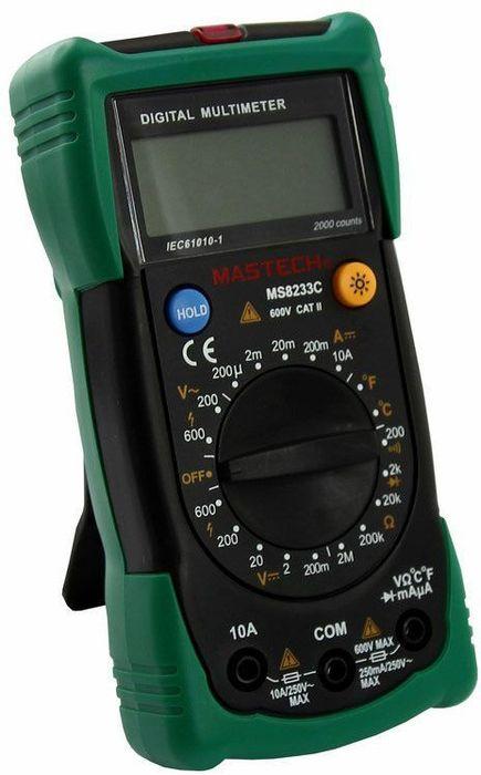 Мультиметр универсальный Mastech MS8233C13-2015Мультиметр - электроизмерительный прибор, который включает в себя несколько функций и набор измеряемых параметров. Все приборы данной серии измеряют постоянное и переменное напряжение, а так же постоянный ток и сопротивление в цепи. А так же с помощью данного прибора можно проводить тестирование диодов и осуществлять прозвонку целостности цепи.Прибор является портативным мультиметром, компактные размеры позволяют всегда носить его с собой. Но, несмотря на малые размеры, данный мультиметр обладает широким функционалом и это выгодно отличает его от других. Прибор имеет функцию удержания результата измерений Data hold, для тех случаев, когда измерения проводятся в труднодоступных местах и не всегда есть возможность взглянуть на экран.Инженеры старались сделать прибор максимально удобным для использования. Выбор измеряемых величин и пределов измерений производиться с помощью усиленного поворотного регулятора, благодаря которому исключается возможность случайного нажатия. Прибор изготовлен из высококачественных материалов, калибровка и тестирование приборов произведено под контролем компании REXANT INTERNATIONAL.Характеристики:Постоянное напряжение: 200mВ/2В/20мВ/200В (±0,5%+3), 600В (±0,8%+5).Переменное напряжение: 200В/600В (±1,2%+10).Постоянный ток: 200мкА/20мА/200мА (±1,0%+3), 10A (±3,0%+5).Сопротивление: 200Ом/2КОм/20КОм/200Ком/2МОм (±0,8%+4).Температура: от -20°C до +1000°C (±2,0%+2).Дисплей: 4х разрядный.Электрический импеданс: менее 50 Ом.Размер (см): 14,5 х 7,3 х 4,5.Тип батареи: 9В типа Крона.