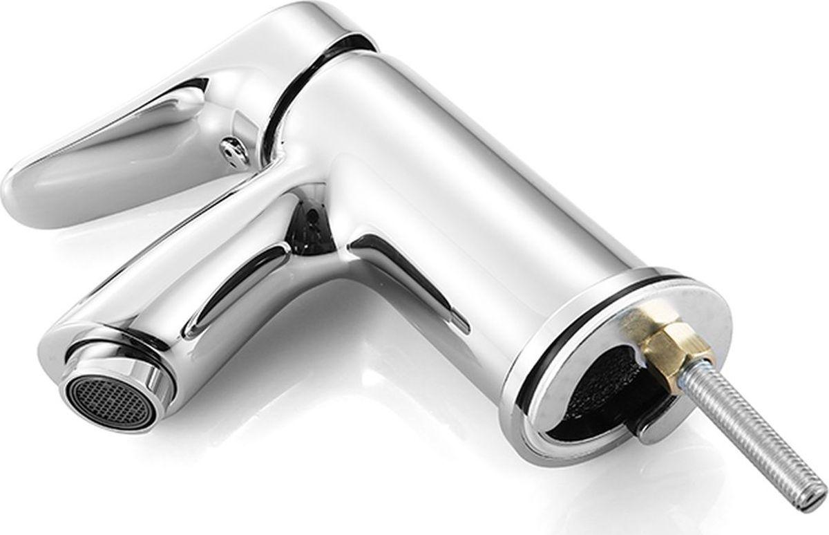 """Смеситель для умывальника Milardo """"Volga"""" изготовлен из высококачественной первичной латуни, прочной, безопасной и стойкой к коррозии. Инновационные технологии литья и обработки латуни, а также увеличенная толщина стенок смесителя обеспечивают его стойкость к перепадам давления и температур. Никель-хромовое покрытие полностью соответствует европейским стандартам качества, обеспечивает его стойкость и зеркальный блеск в течение всего срока службы изделия. Благодаря гладкой внутренней поверхности смесителя, рассекателям в водозапорных механизмах и аэратору он имеет минимальный уровень шума.Гарантия на смеситель Milardo """"Volga"""" – 7 лет."""