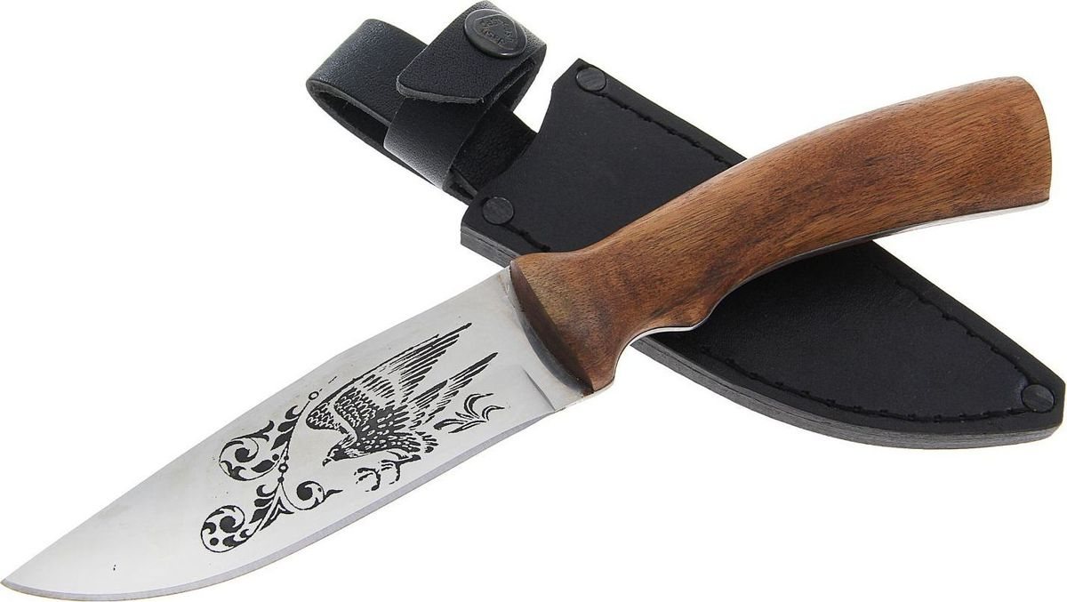 Нож туристический Кизляр Сокол, длина клинка 12 см. 12254551225455Небольшой городок Кизляр, расположенный на границе Дагестана и Чечни, известен не только своими коньяками, но и искусными ножами и кинжалами. Народные умельцы из поколения в поколение изготавливают клинки, получившие со временем мировую известность благодаря эталонному качеству и стилю. В производстве кизлярских ножей сочетаются современные технологии обработки материалов и традиции художественного оформления высочайшего мастерства. Виртуозы своего дела украшают ножи резьбой по металлу, дереву, кости, инкрустацией и выжиганием. Кизлярские ножи — не просто игрушки, это желанное и статусное приобретение для многих мужчин. Эти ножи станут и надёжными помощниками в деле, и замечательными сувенирами в коллекцию оружия.