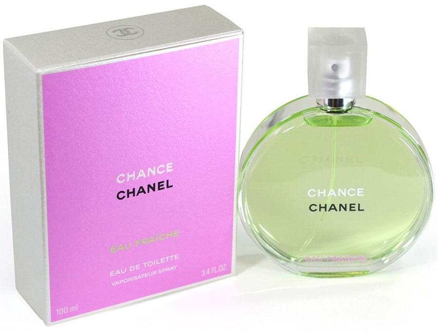 Chanel Chance Eau Fraiche Туалетная вода, 100 мл10280Туалетная вода Chance Eau Tendre — это роскошная фруктово-цветочная композиция, наполненная безграничной нежностью, сдержанностью и деликатностью. Созданная легендарным парфюмером Жаком Польжем в 2010 году, она является еще одной интерпретацией классического аромата Chance от Chanel. В отличие от своего предшественника, она идеально подходит для повседневного использования в летний период, когда ее утонченный запах наиболее гармонично вписывается в превосходную картину расцветающей природы.Весь смысл туалетной воды Chance Eau Tendre передан в рекламной кампании этого аромата. Обнаженная красавица-модель Сигрид Агрен, тело которой украшено благоухающими весенними цветами, с любовью обнимает огромный флакон. Этот невероятно красивый жест, выраженный в сдержанной форме, показывает, что с помощью одного лишь аромата женщины могут создать удивительно утонченный образ, великолепие и изысканность которого наилучшим образом подчеркнут ноты жасмина, ириса и гиацинта, заключенные в Chance Eau Tendre.Аромат туалетной воды Chance Eau Tendre является лучшим спутником молодых девушек, всегда использующих свою загадочную силу обольщения. Этот мягкий, наполненный спокойным очарованием запах, отлично дополнит их естественное обаяние деликатным шармом, который лишь усилит привлекательность и соблазнительность столь кокетливых особ.